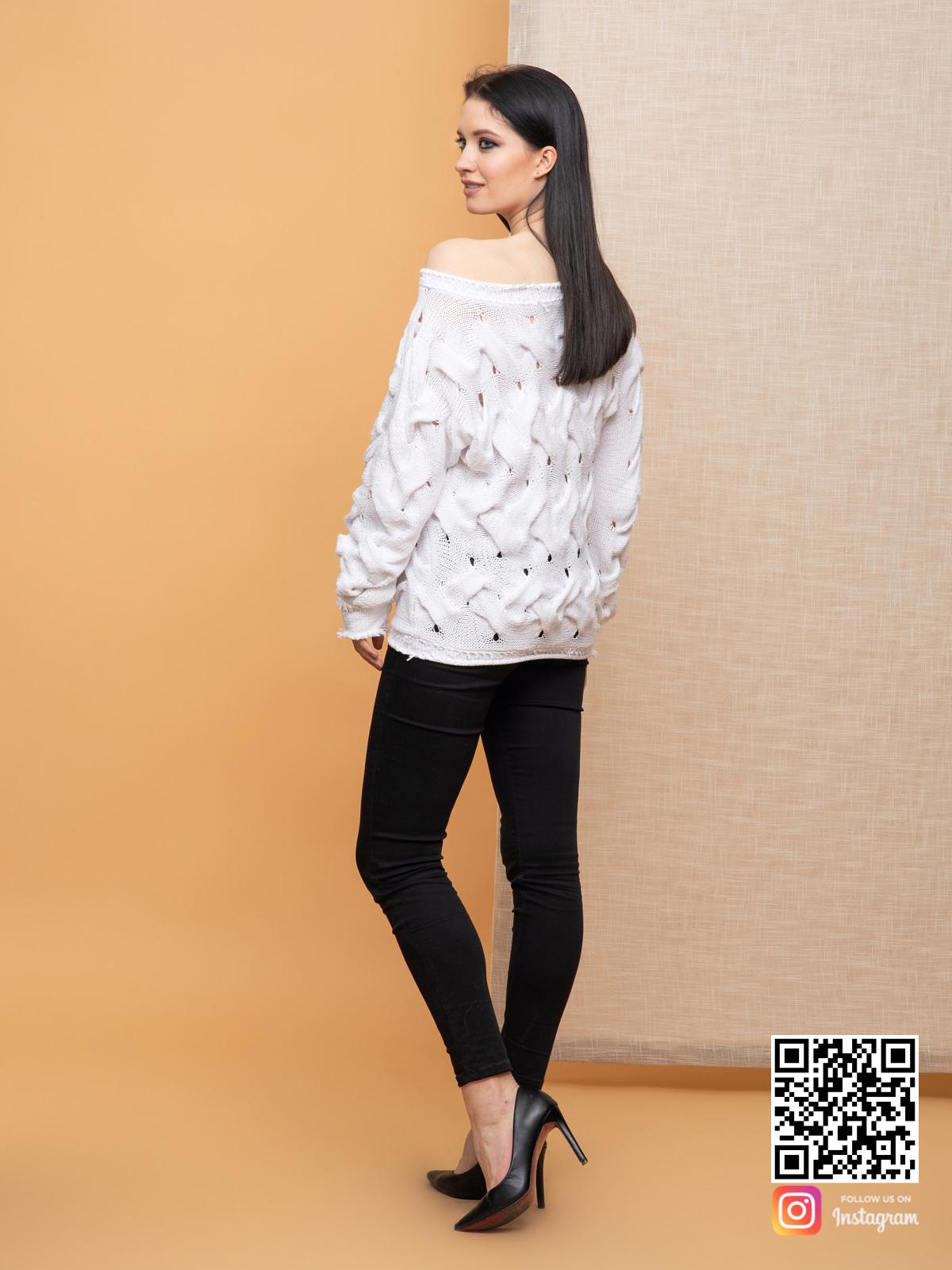 На второй фотографии женский молодежный свитер со спины от Shapar, бренда вязаной одежды ручной работы в интернет-магазине связанных спицами вещей.