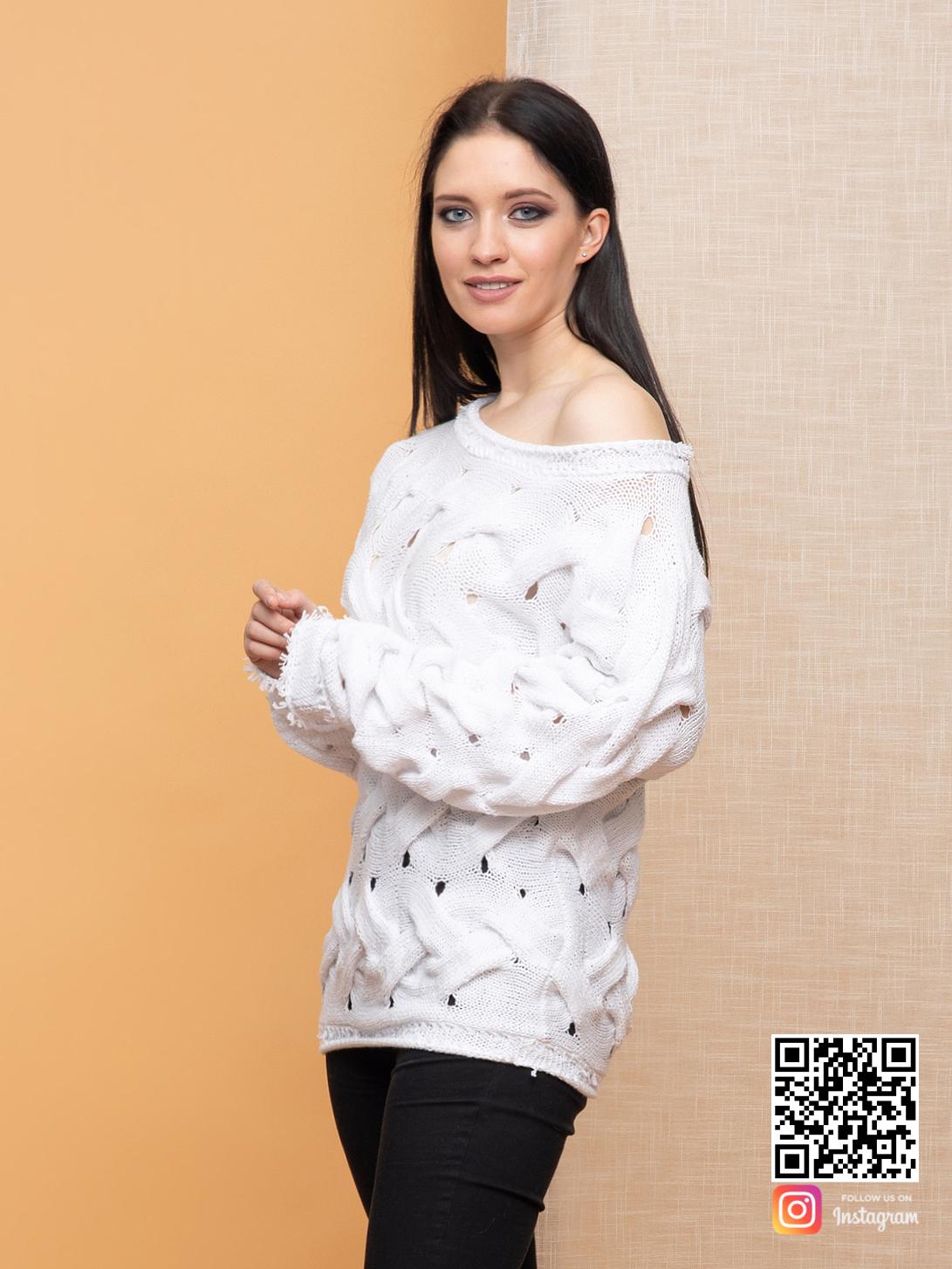 На третьей фотографии женский молодежный свитер на одно плечо от Shapar, бренда вязаной одежды ручной работы в интернет-магазине связанных спицами вещей.