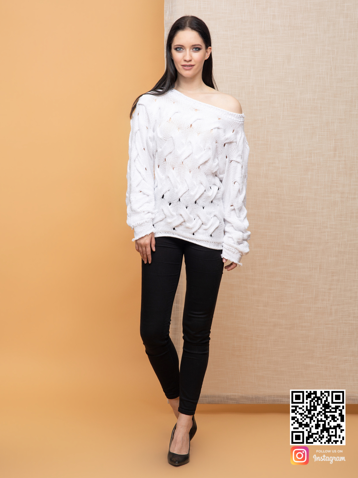 На фотографии женский молодежный свитер от Shapar, бренда вязаной одежды ручной работы в интернет-магазине связанных спицами вещей.