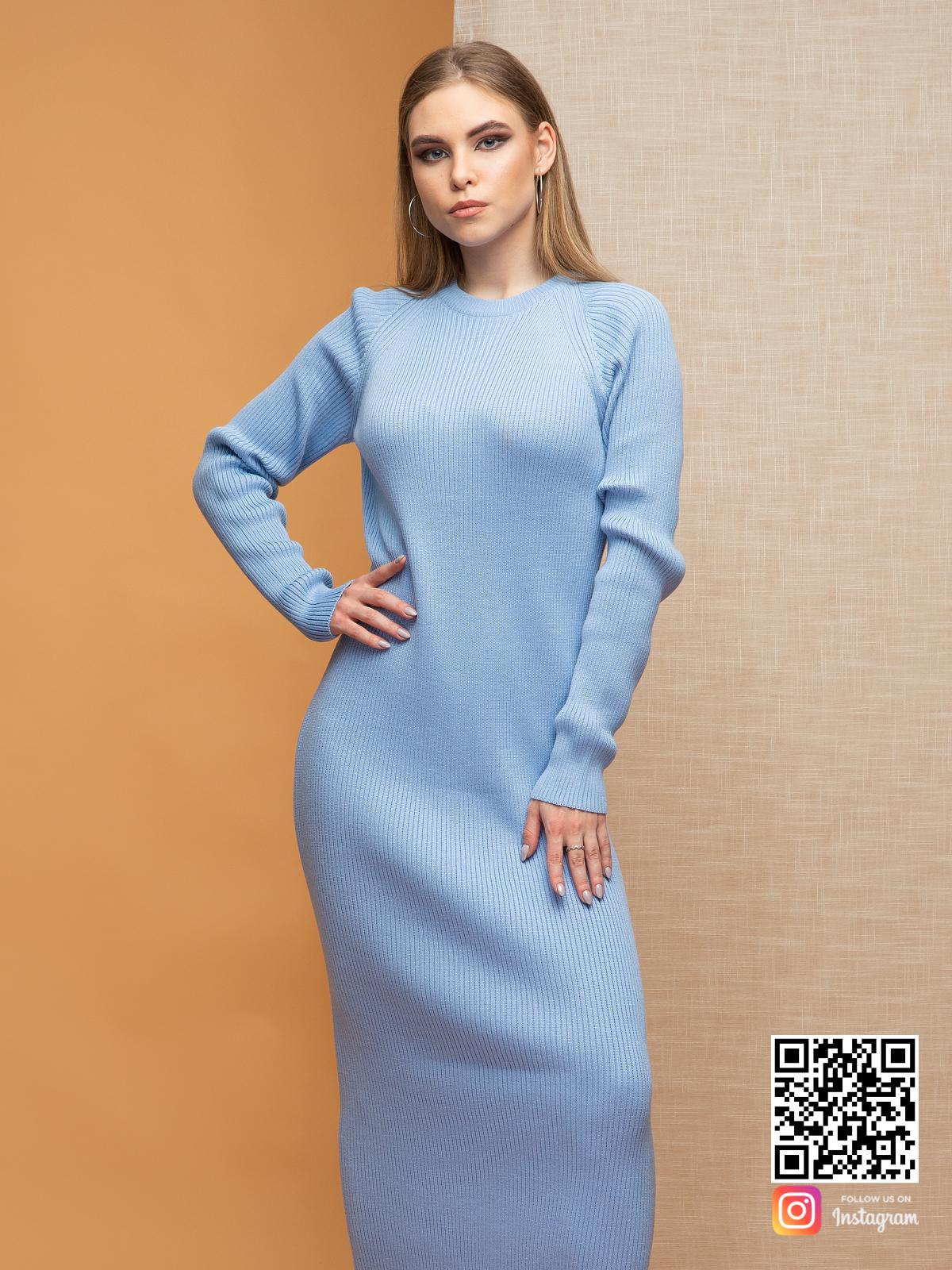 На третьей фотографии вязаное нежно-голубое платье в длине миди от Shapar, бренда женской одежды ручной работы в интернет-магазине связанных спицами вещей.