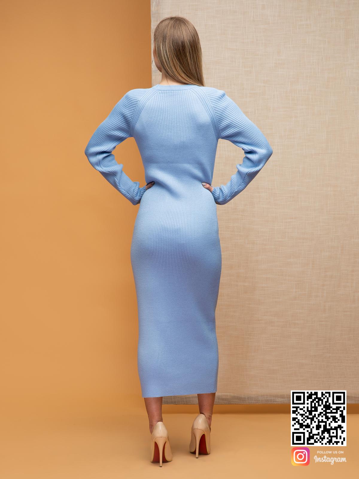 На второй фотографии вязаное нежно-голубое платье в длине миди со спины от Shapar, бренда женской одежды ручной работы в интернет-магазине связанных спицами вещей.
