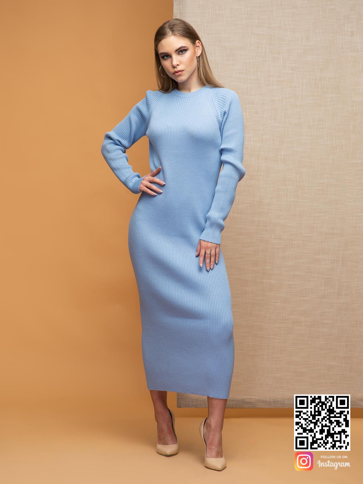 На фотографии вязаное нежно-голубое платье от Shapar, бренда женской одежды ручной работы в интернет-магазине связанных спицами вещей.