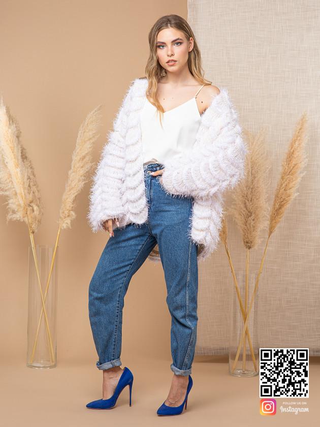 На фотографии женский объемный кардиган от Shapar, бренда вязаной одежды ручной работы в интернет-магазине эксклюзивных связанных вещей