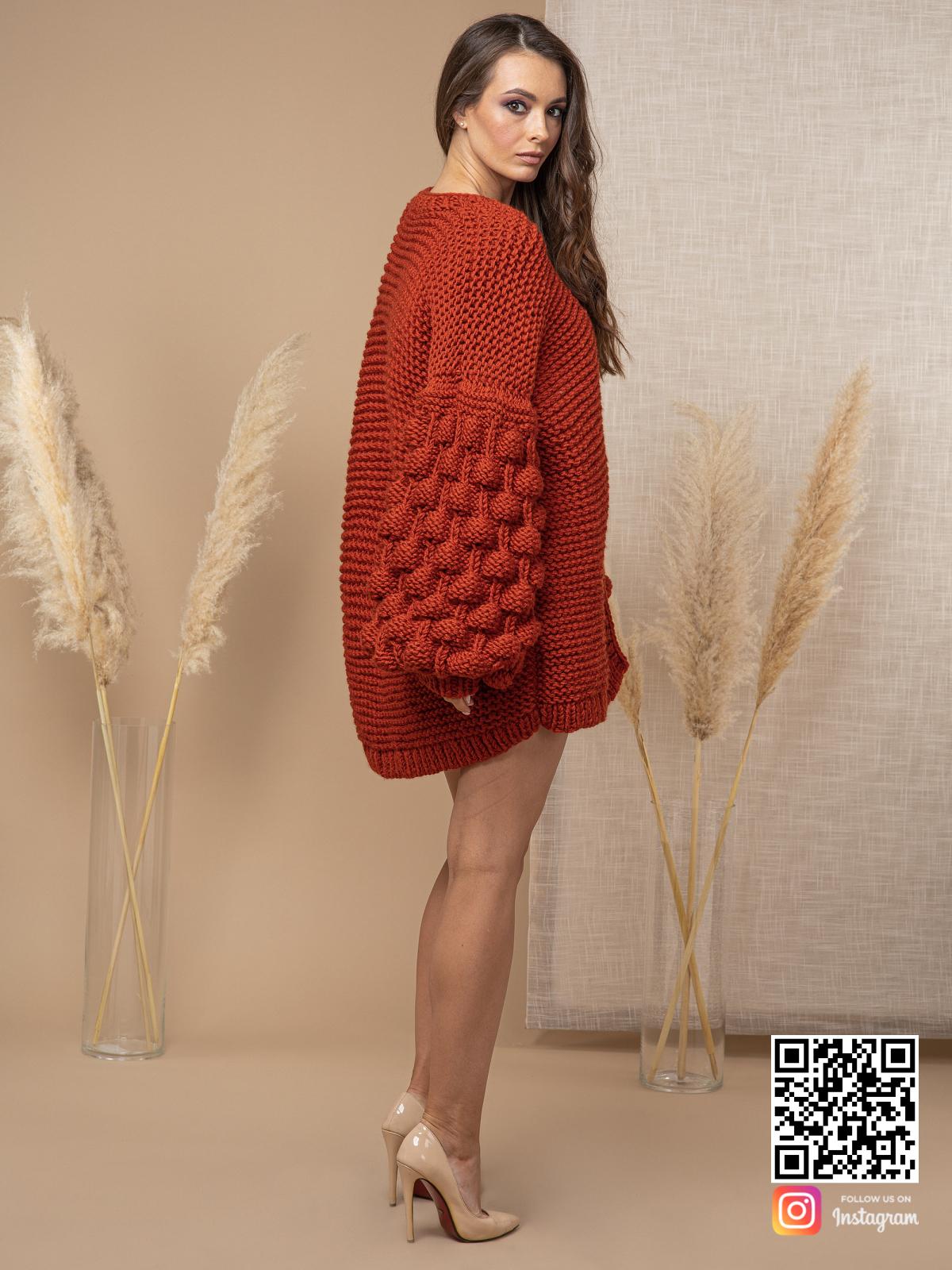 На третьей фотографии осенний кардиган с объемными рукавами от Shapar, бренда вязаной одежды ручной работы в интернет-магазине связанных спицами вещей.
