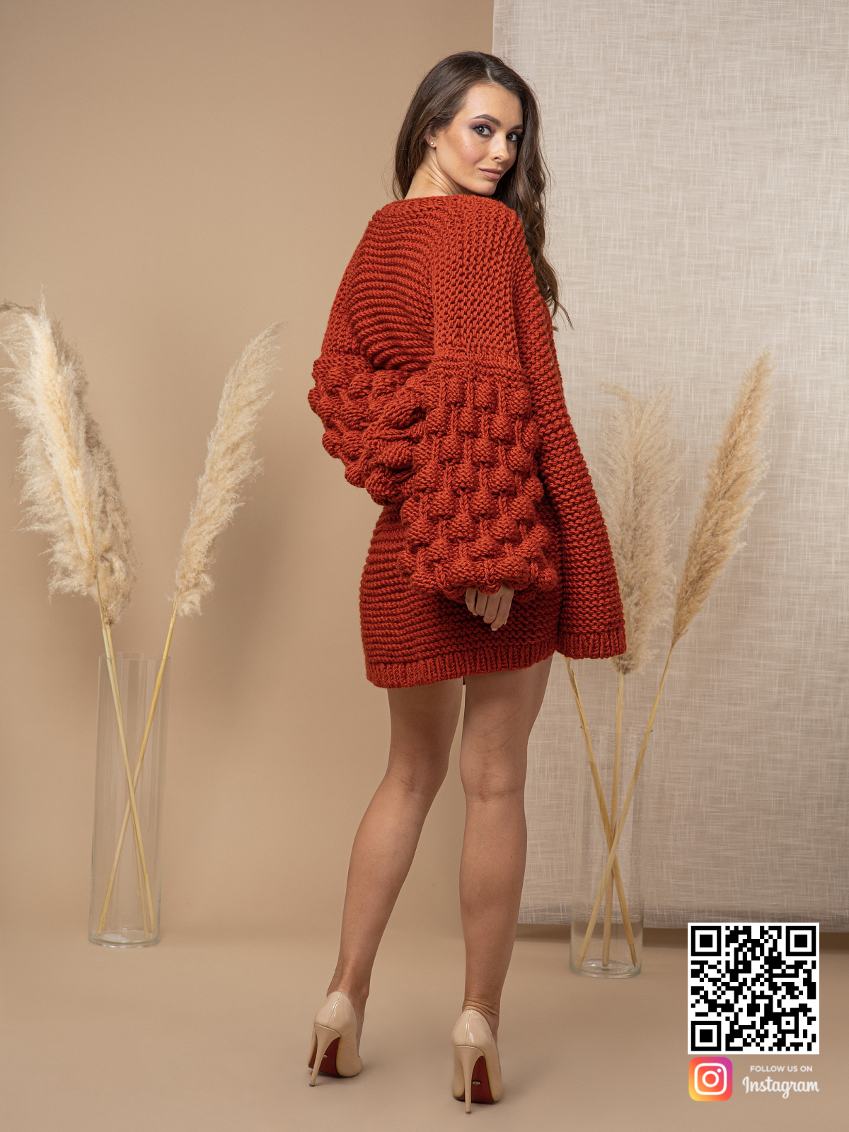 На второй фотографии осенний кардиган со спины от Shapar, бренда вязаной одежды ручной работы в интернет-магазине связанных спицами вещей.