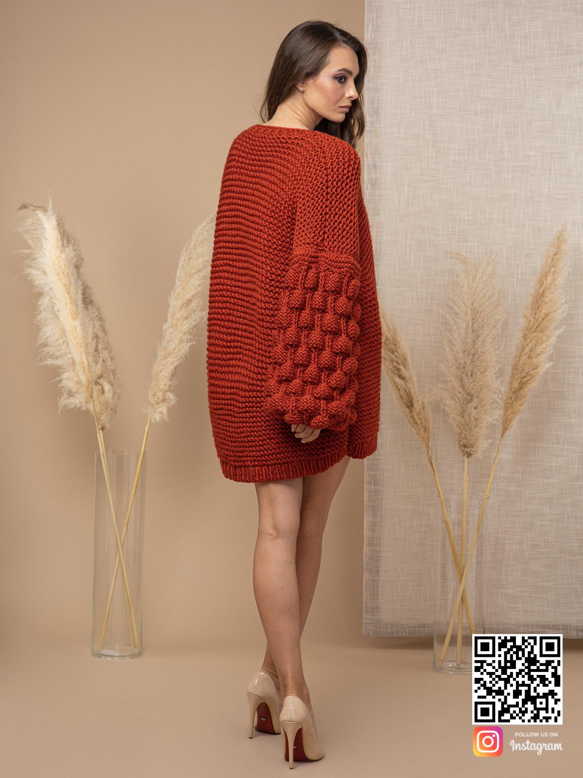 На пятой фотографии осенний кардиган из толстой пряжи от Shapar, бренда вязаной одежды ручной работы в интернет-магазине связанных спицами вещей.