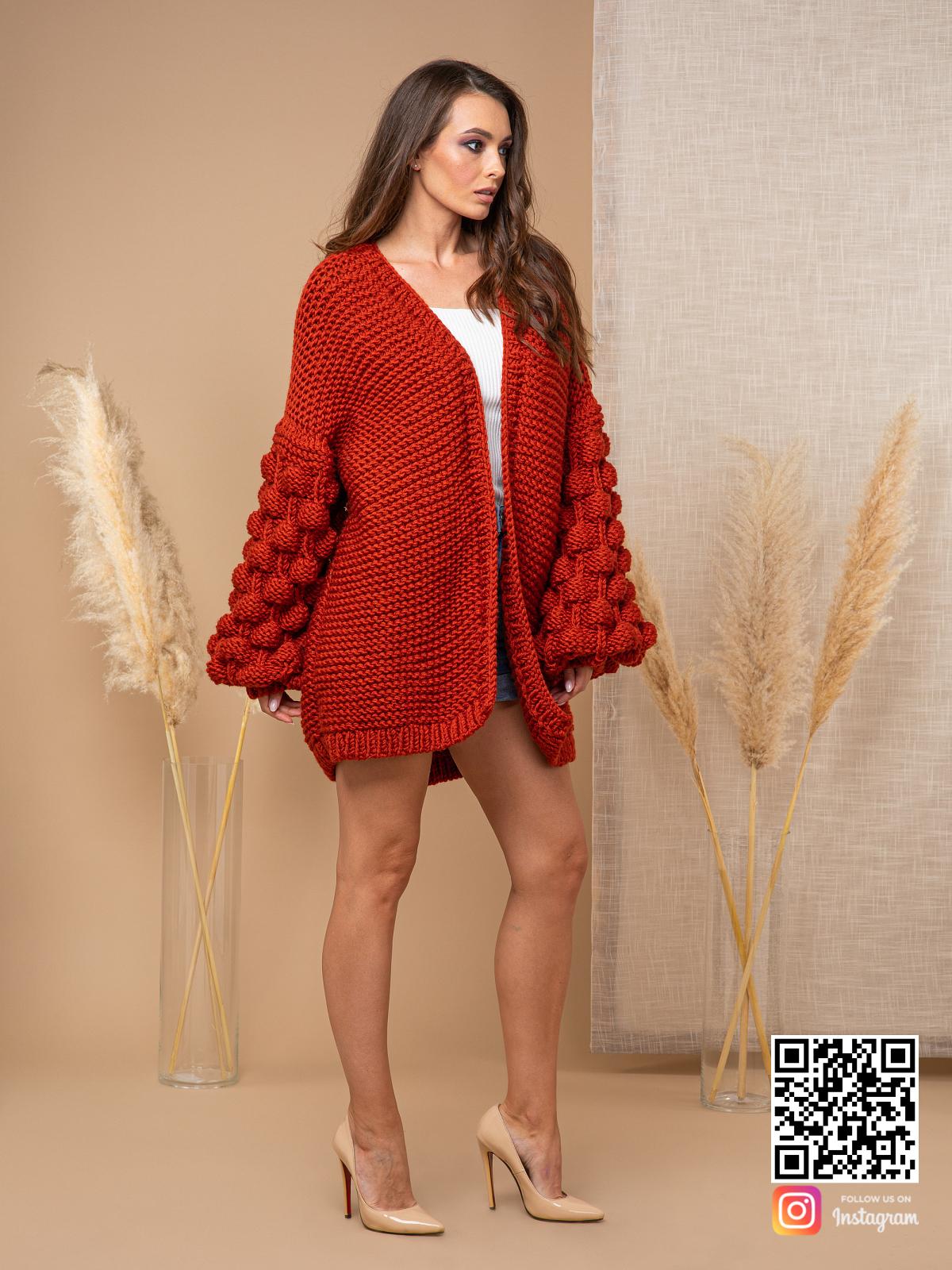 На фотографии осенний кардиган от Shapar, бренда вязаной одежды ручной работы в интернет-магазине связанных спицами вещей.