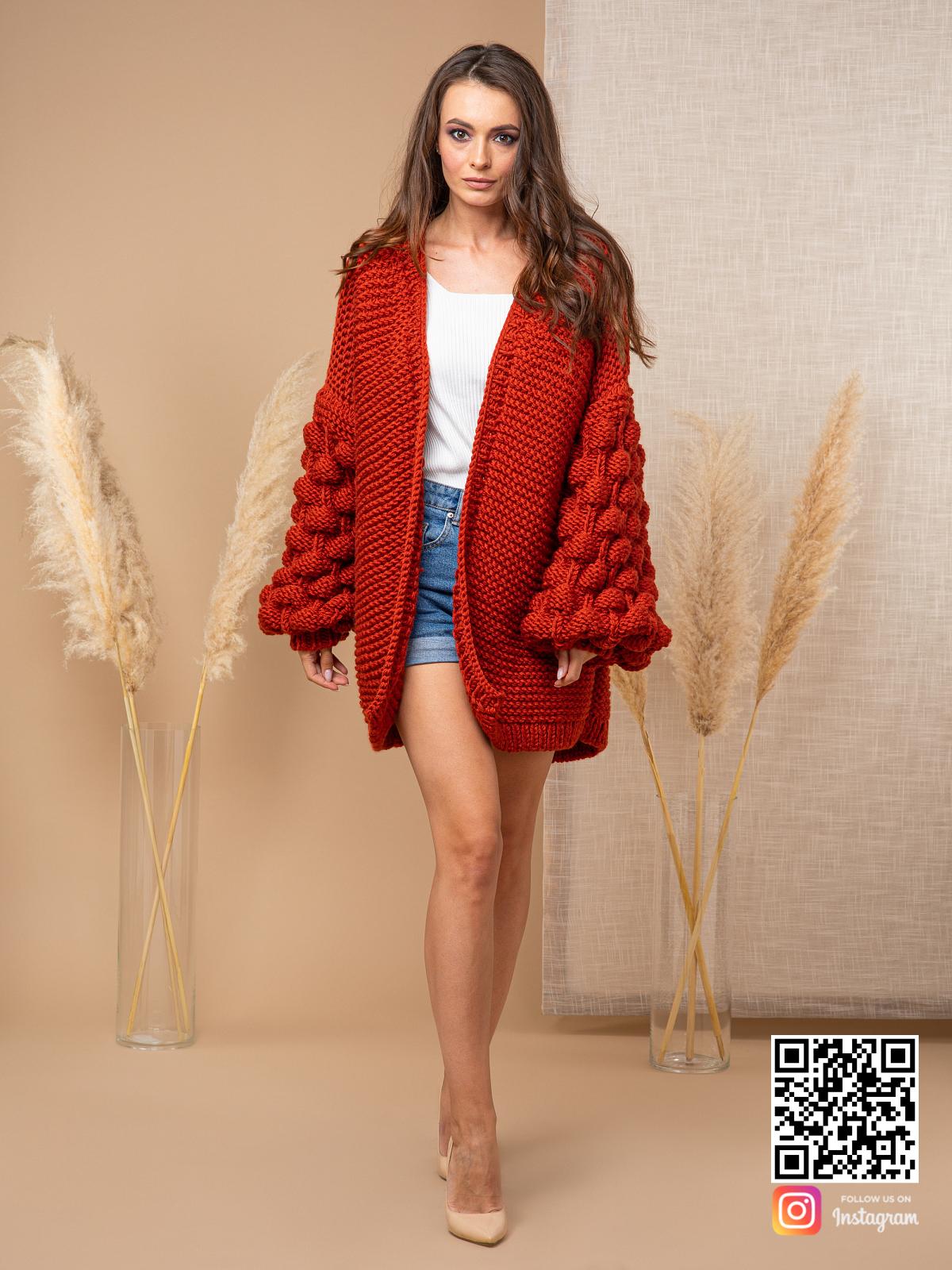 На четвертой фотографии теплый осенний кардиган от Shapar, бренда вязаной одежды ручной работы в интернет-магазине связанных спицами вещей.