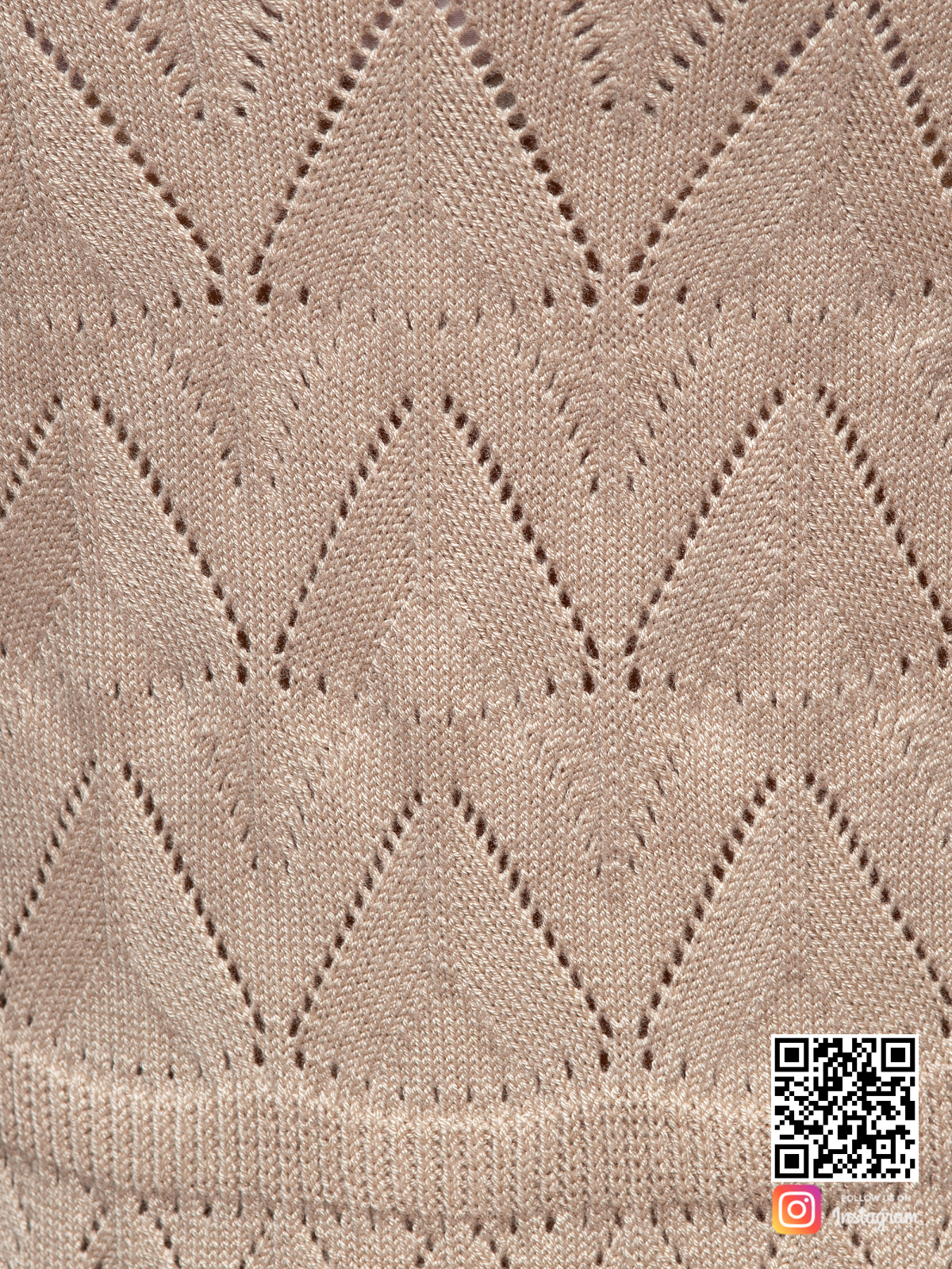 На четвертой фотографии платье бежевого цвета крупным планом от Shapar, бренда вязаной одежды ручной работы в интернет-магазине связанных спицами вещей.