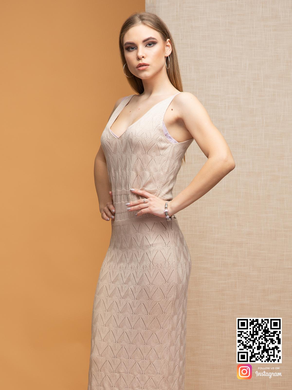На пятой фотографии элегантное летнее платье бежевого цвета от Shapar, бренда вязаной одежды ручной работы в интернет-магазине связанных спицами вещей.