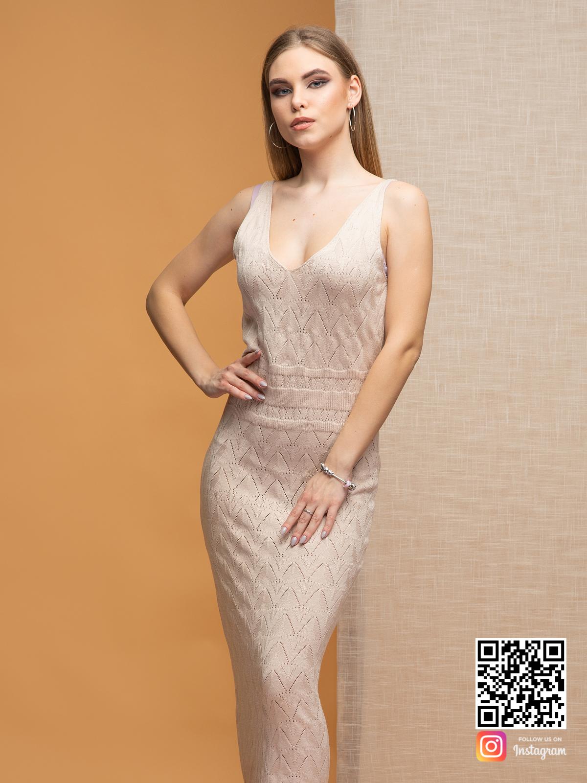 На третьей фотографии платье бежевого цвета с узором от Shapar, бренда вязаной одежды ручной работы в интернет-магазине связанных спицами вещей.
