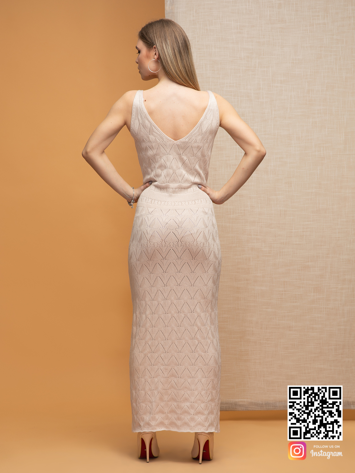 На второй фотографии платье бежевого цвета со спины от Shapar, бренда вязаной одежды ручной работы в интернет-магазине связанных спицами вещей.