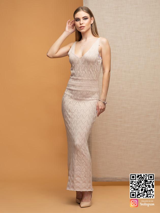 На фотографии платье бежевого цвета от Shapar, бренда вязаной одежды ручной работы в интернет-магазине связанных спицами вещей.