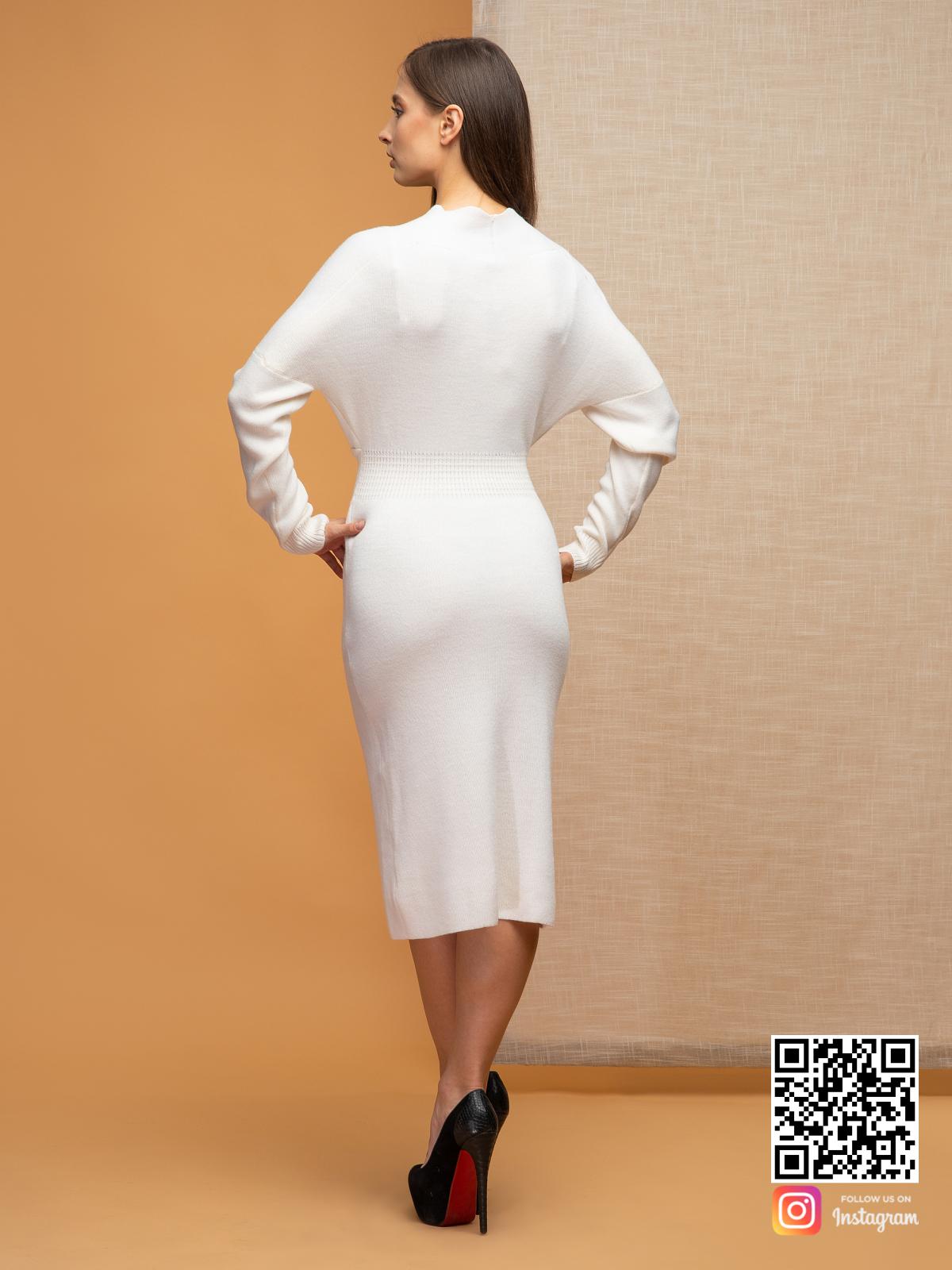 На второй фотографии женское платье для офиса со спины от Shapar, бренда вязаной одежды ручной работы в интернет-магазине связанных спицами вещей.