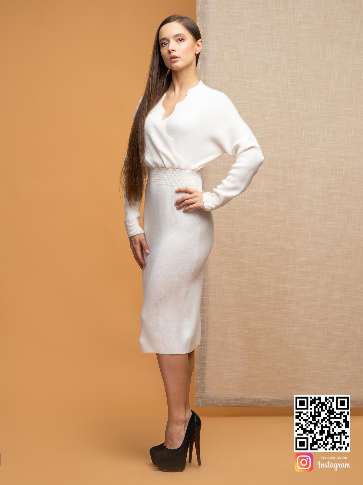 На третьей фотографии женское платье для офиса с вырезом на запах от Shapar, бренда вязаной одежды ручной работы в интернет-магазине связанных спицами вещей.