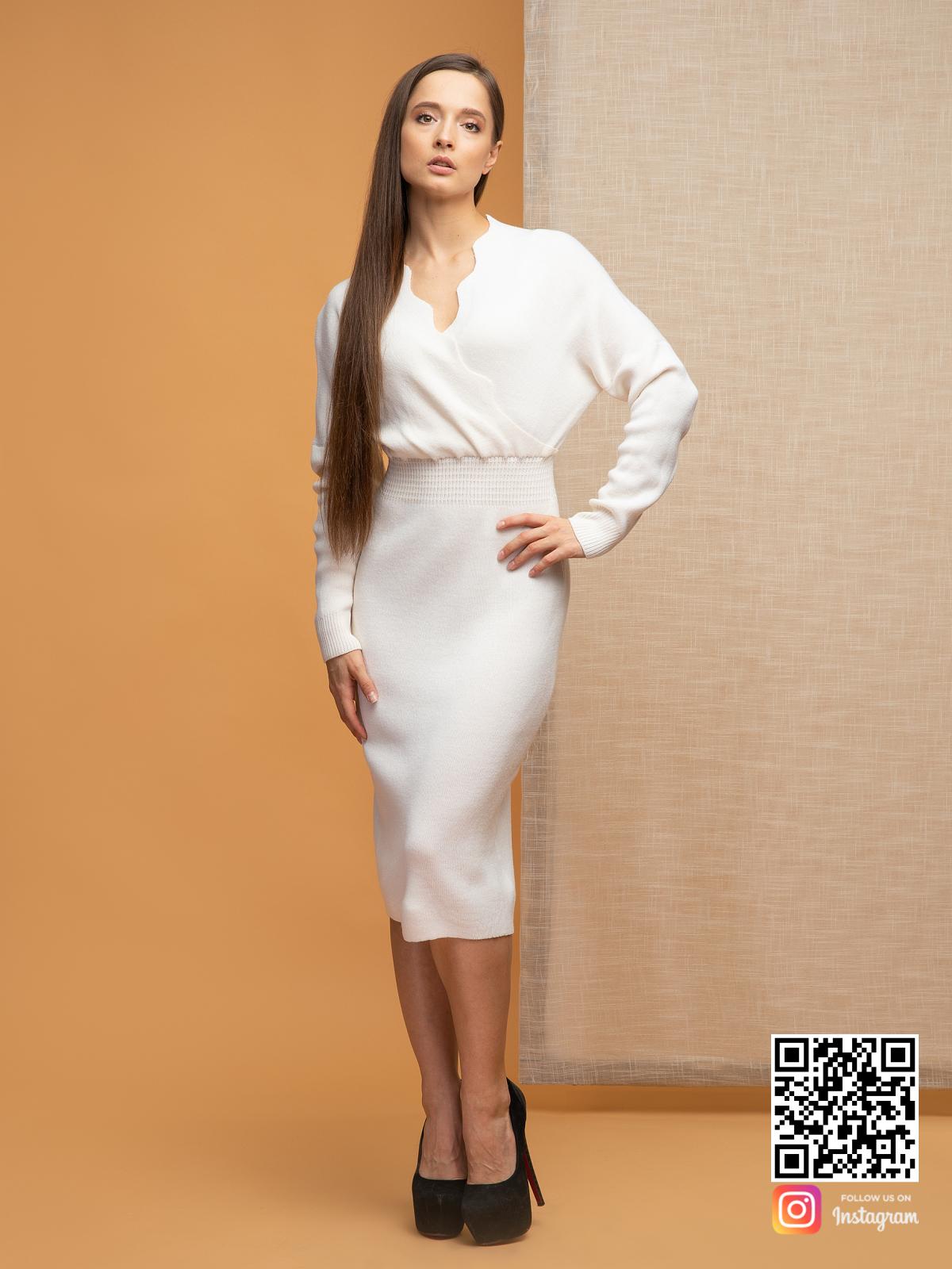 На пятой фотографии женское белое платье для офиса от Shapar, бренда вязаной одежды ручной работы в интернет-магазине связанных спицами вещей.