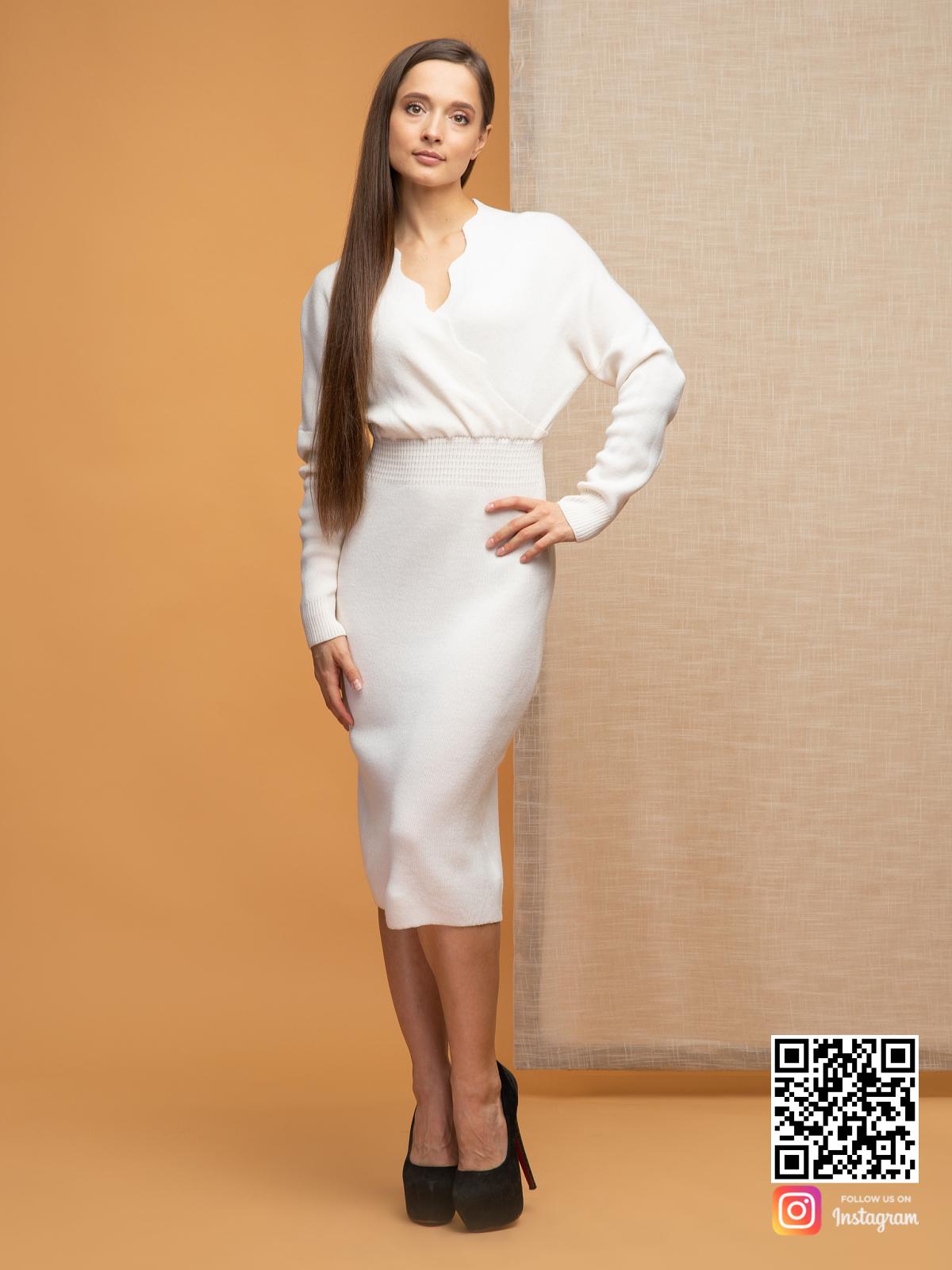 На фотографии женское платье для офиса от Shapar, бренда вязаной одежды ручной работы в интернет-магазине связанных спицами вещей.