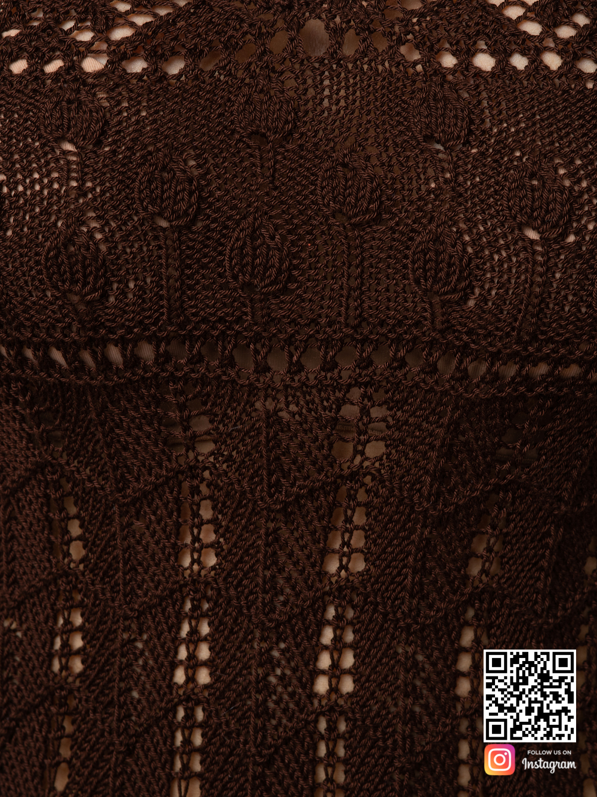 На восьмой фотографии женское платье коричневого цвета крупным планом от Shapar, бренда вязаной одежды ручной работы в интернет-магазине связанных спицами вещей.