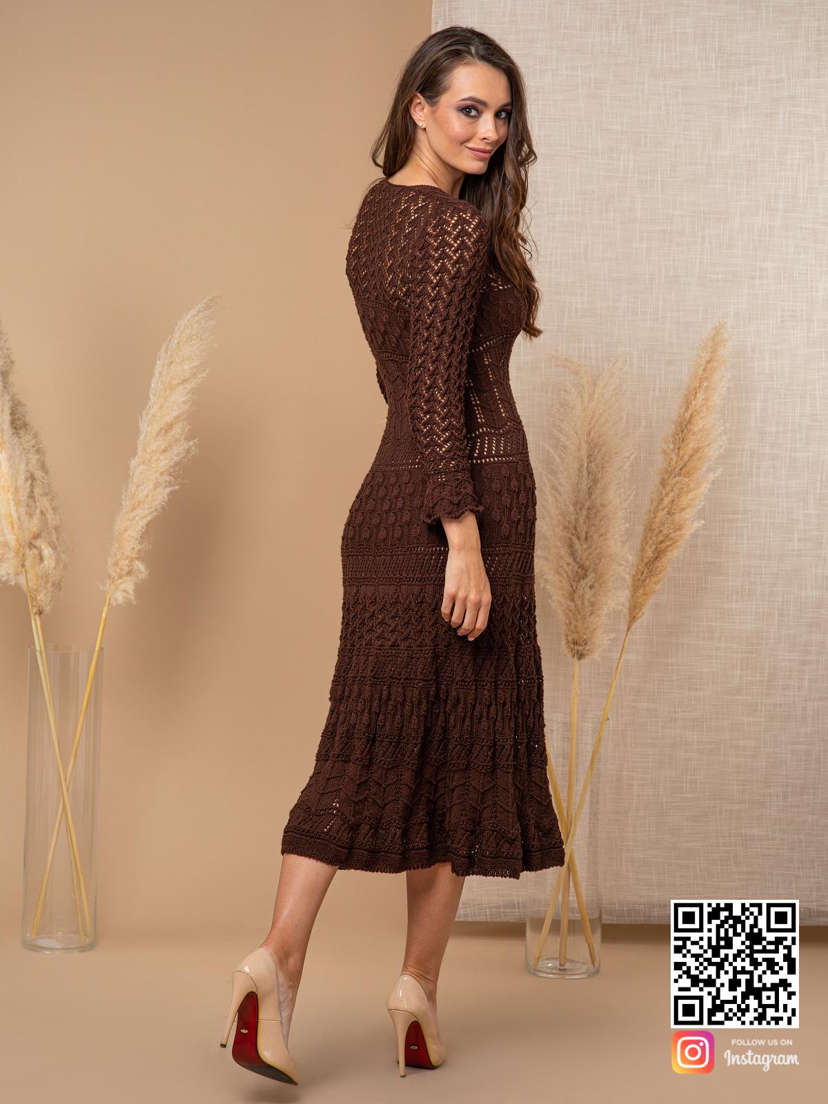 На второй фотографии женское платье коричневого цвета со спины от Shapar, бренда вязаной одежды ручной работы в интернет-магазине связанных спицами вещей.