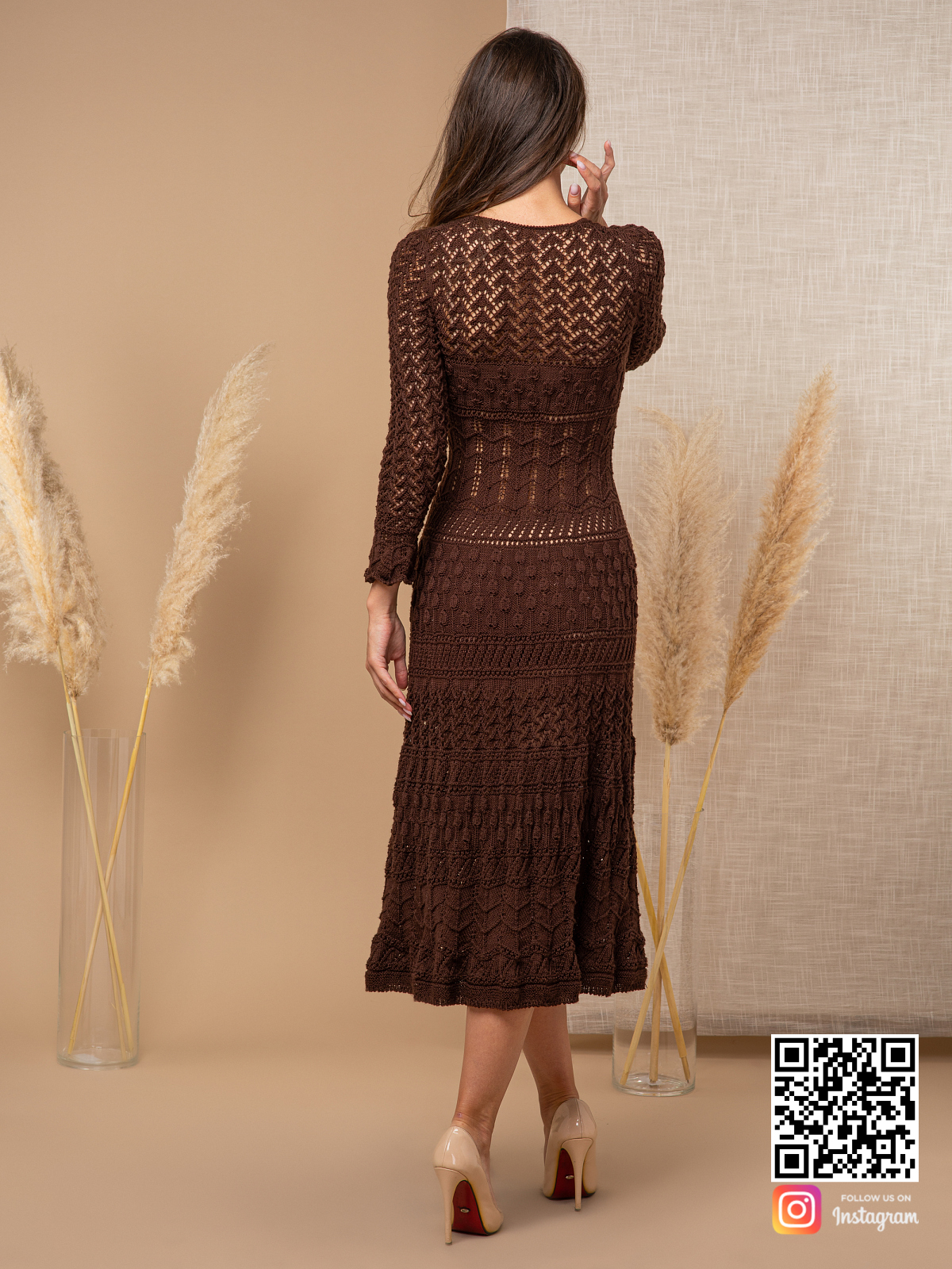 На седьмой фотографии модное платье коричневого цвета от Shapar, бренда вязаной одежды ручной работы в интернет-магазине связанных спицами вещей.