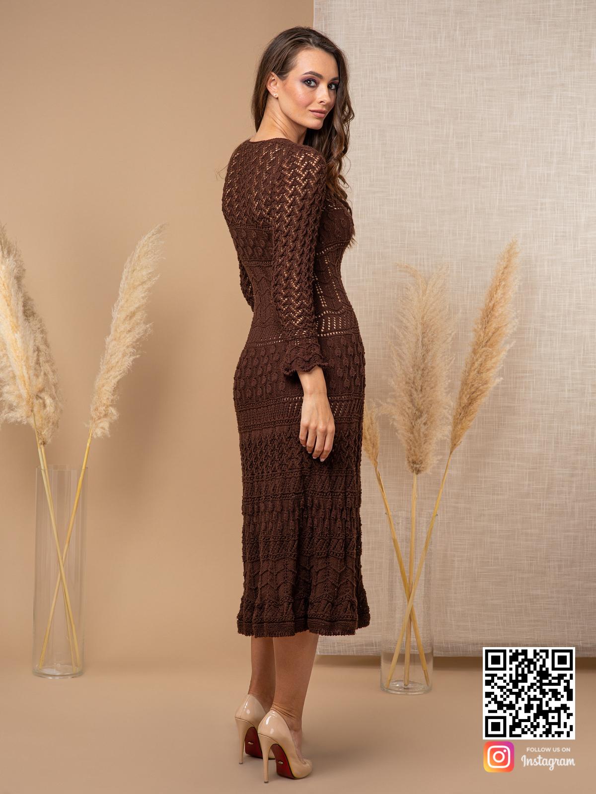 На пятой фотографии женское платье коричневого цвета в длине миди от Shapar, бренда вязаной одежды ручной работы в интернет-магазине связанных спицами вещей.