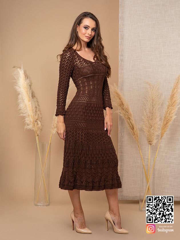 На фотографии женское платье коричневого цвета от Shapar, бренда вязаной одежды ручной работы в интернет-магазине связанных спицами вещей.