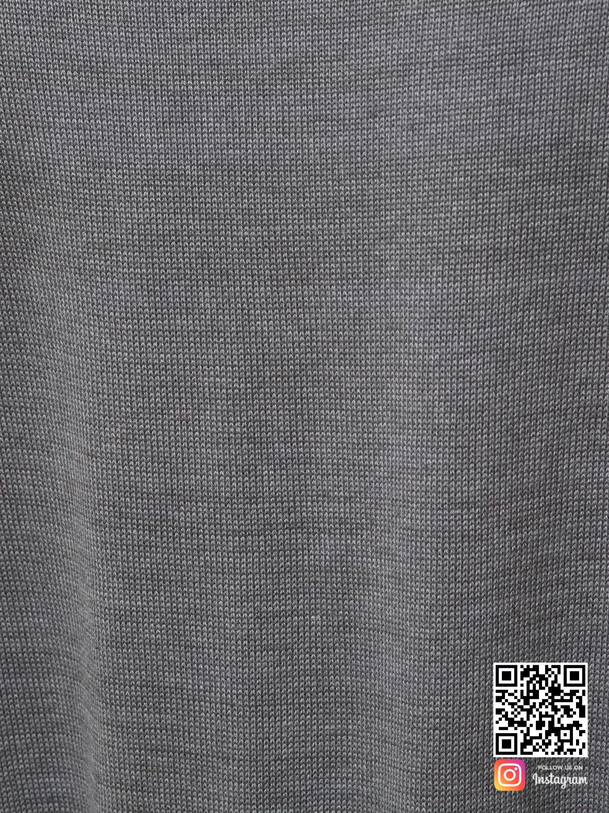 На шестой фотографии вязаное платье на пуговицах спереди крупным планом от Shapar, бренда женской одежды ручной работы в интернет-магазине связанных спицами вещей.