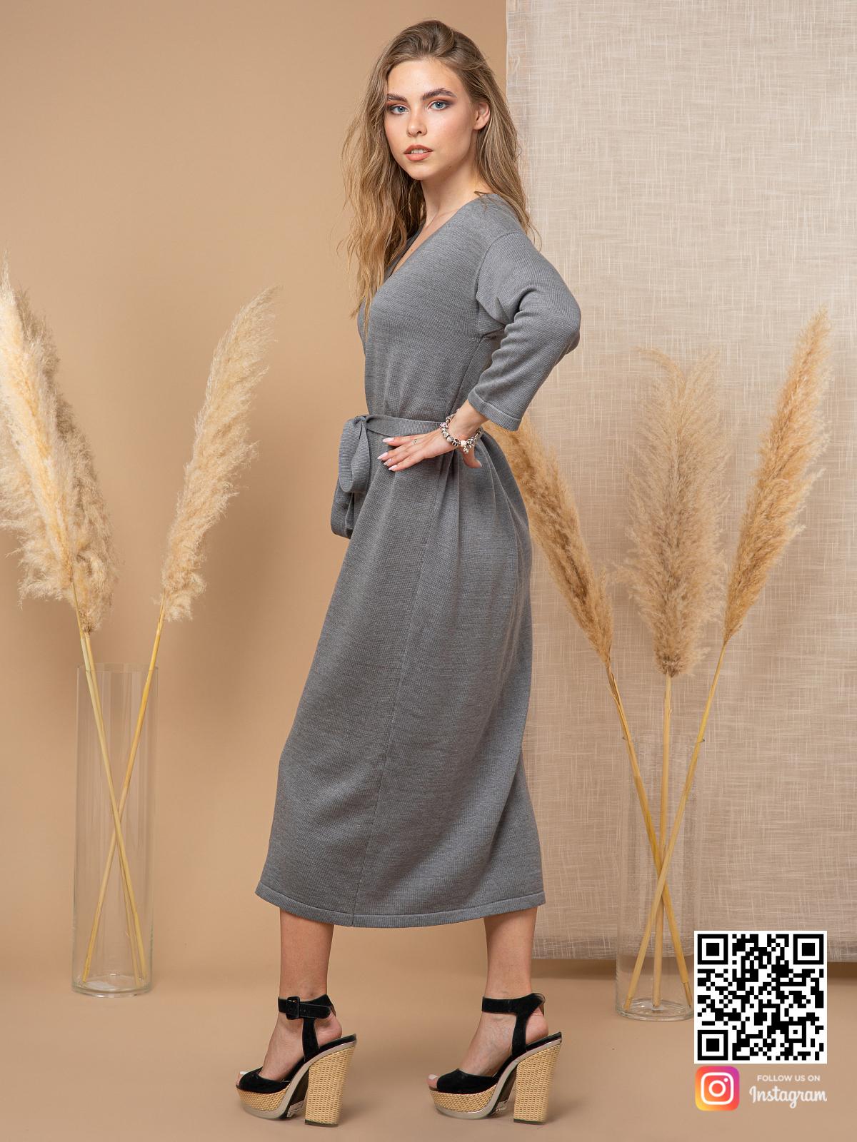 На третьей фотографии вязаное платье на пуговицах спереди в длине миди от Shapar, бренда женской одежды ручной работы в интернет-магазине связанных спицами вещей.