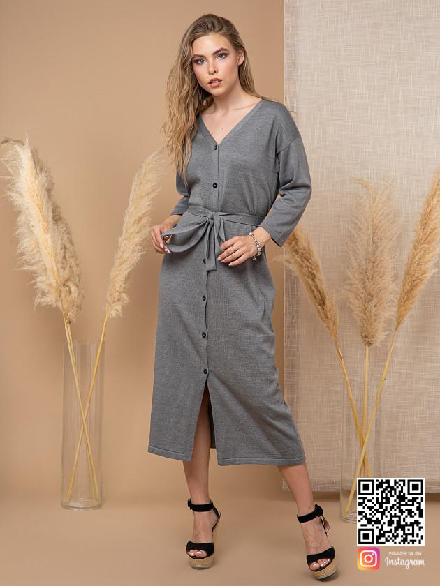 На фотографии вязаное платье на пуговицах спереди от Shapar, бренда женской одежды ручной работы в интернет-магазине связанных спицами вещей.