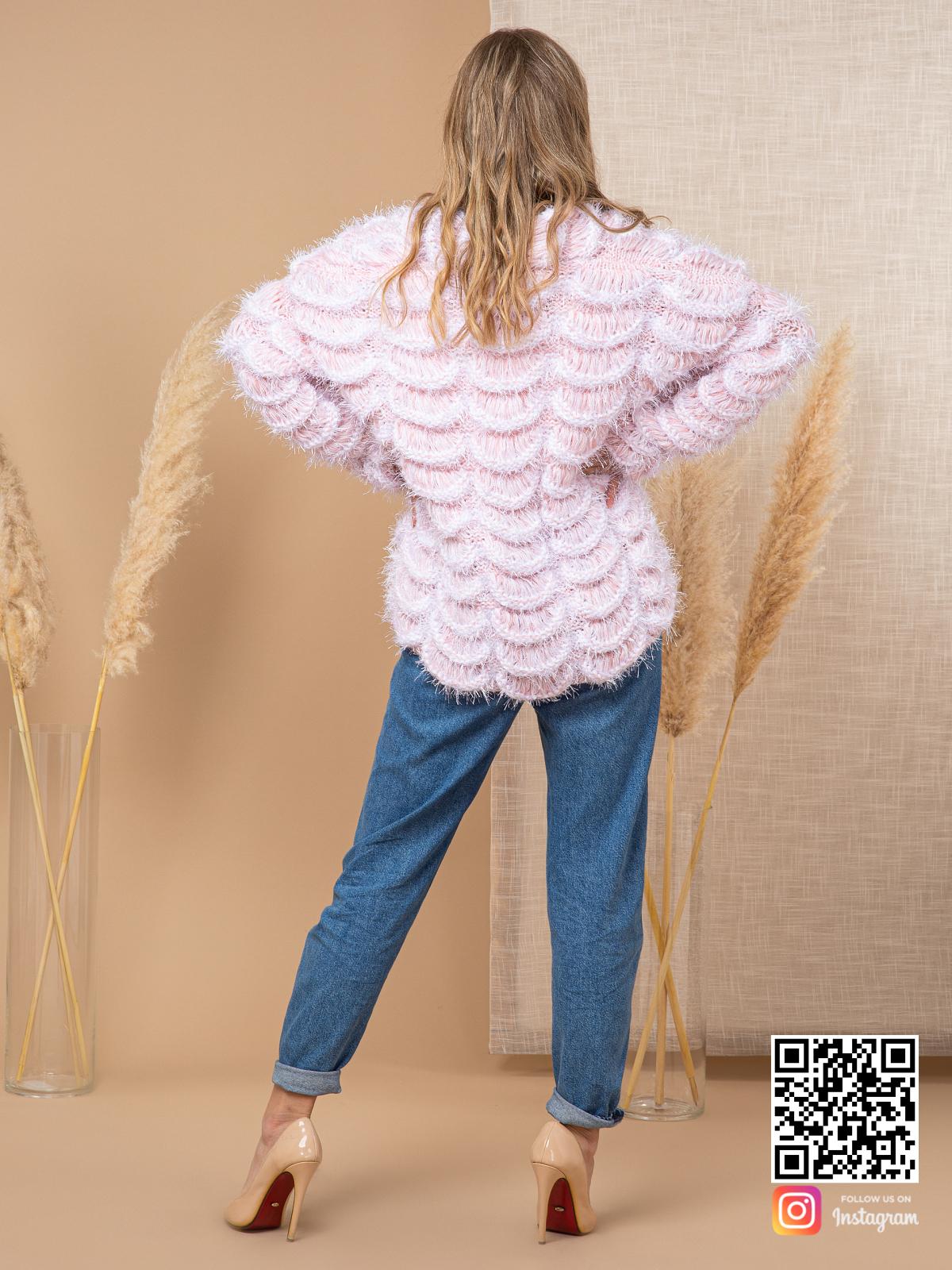 На пятой фотографии модный пудровый кардиган для девушек и женщин от Shapar, бренда вязаной одежды ручной работы в интернет-магазине связанных спицами вещей.