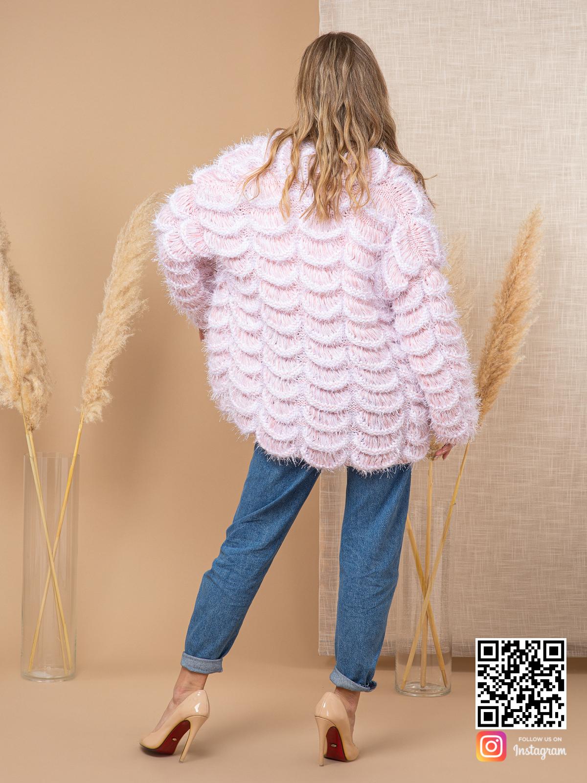 На второй фотографии женский пудровый кардиган со спины от Shapar, бренда вязаной одежды ручной работы в интернет-магазине связанных спицами вещей.