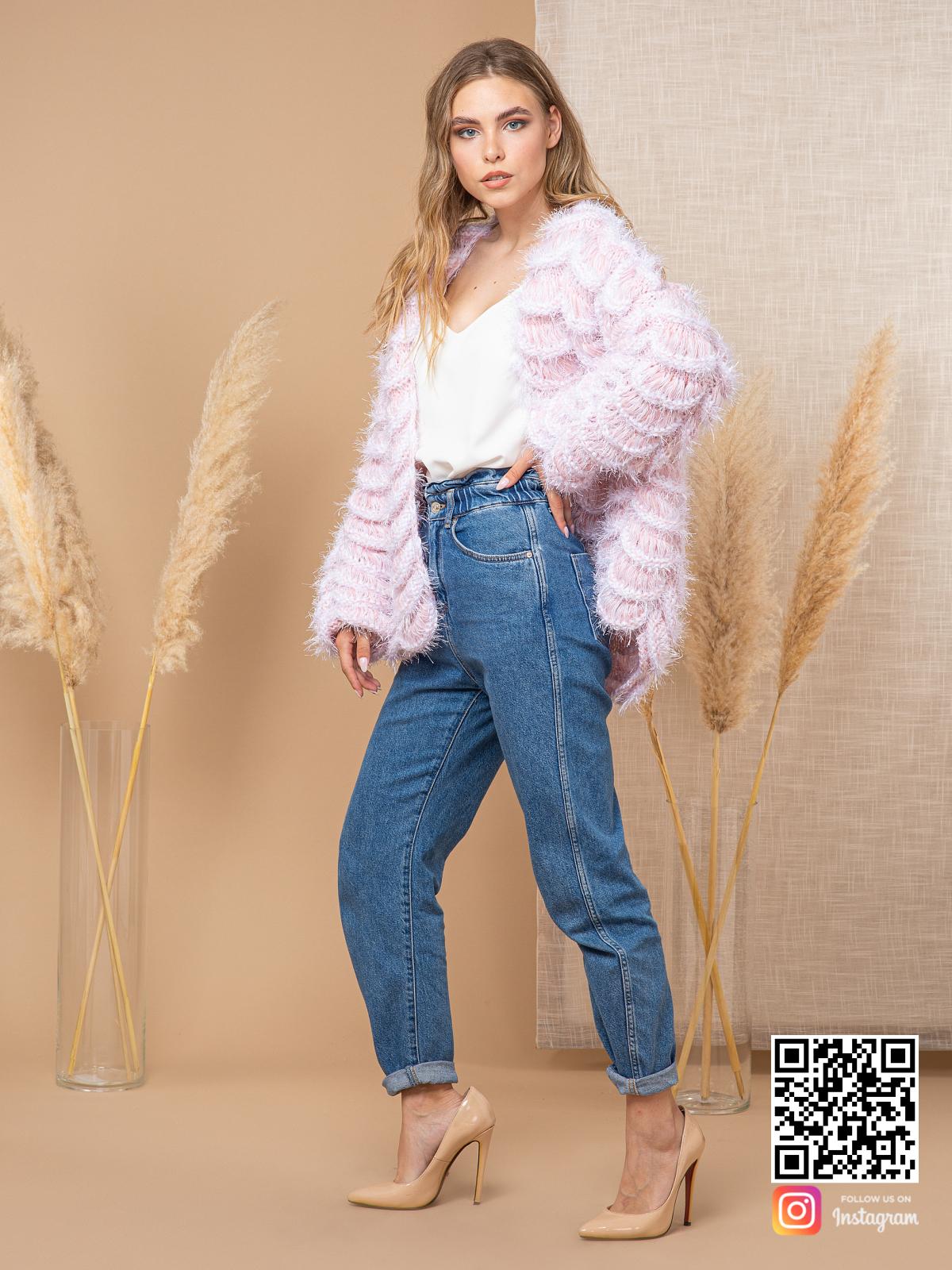 На третьей фотографии женский пудровый кардиган ажурной вязки от Shapar, бренда вязаной одежды ручной работы в интернет-магазине связанных спицами вещей.