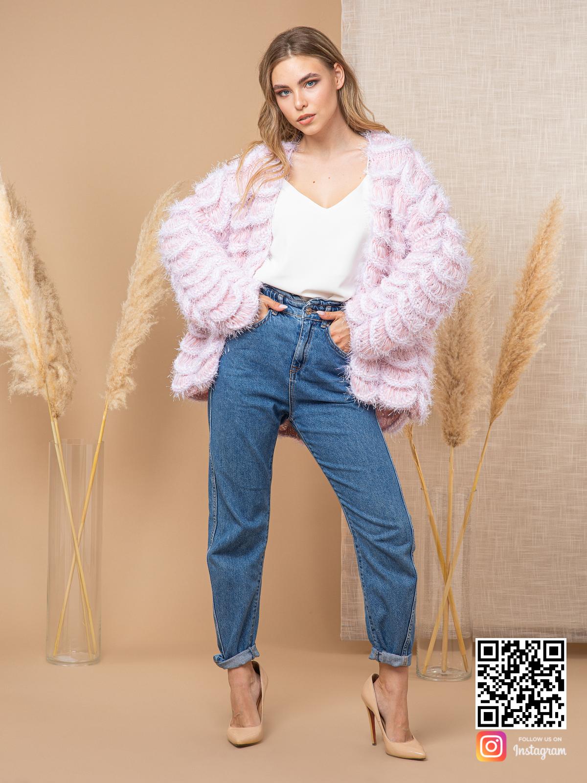 На шестой фотографии пушистый женский пудровый кардиган от Shapar, бренда вязаной одежды ручной работы в интернет-магазине связанных спицами вещей.