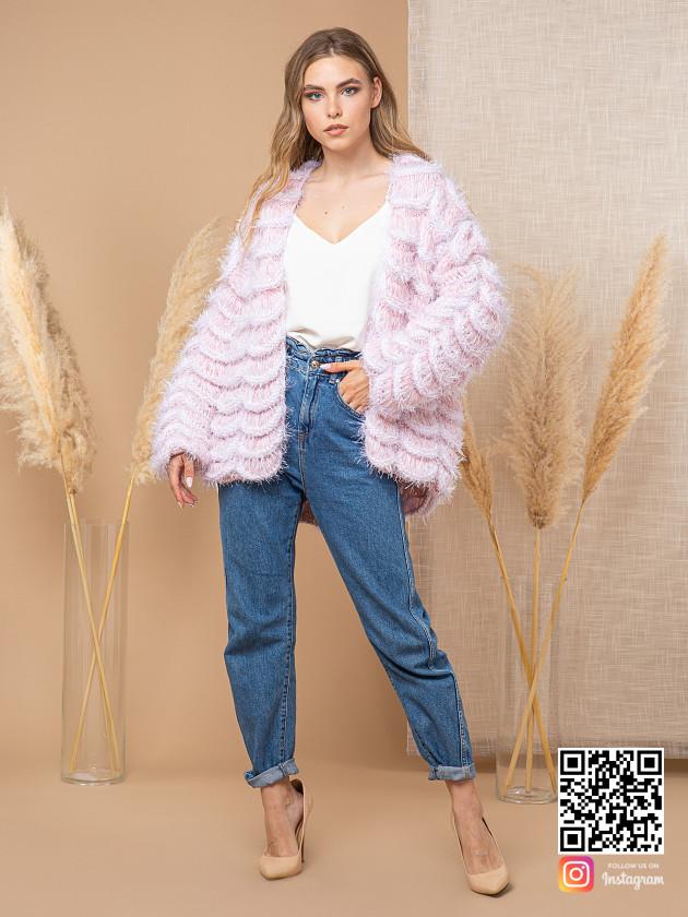 На фотографии женский пудровый кардиган от Shapar, бренда вязаной одежды ручной работы в интернет-магазине связанных спицами вещей.