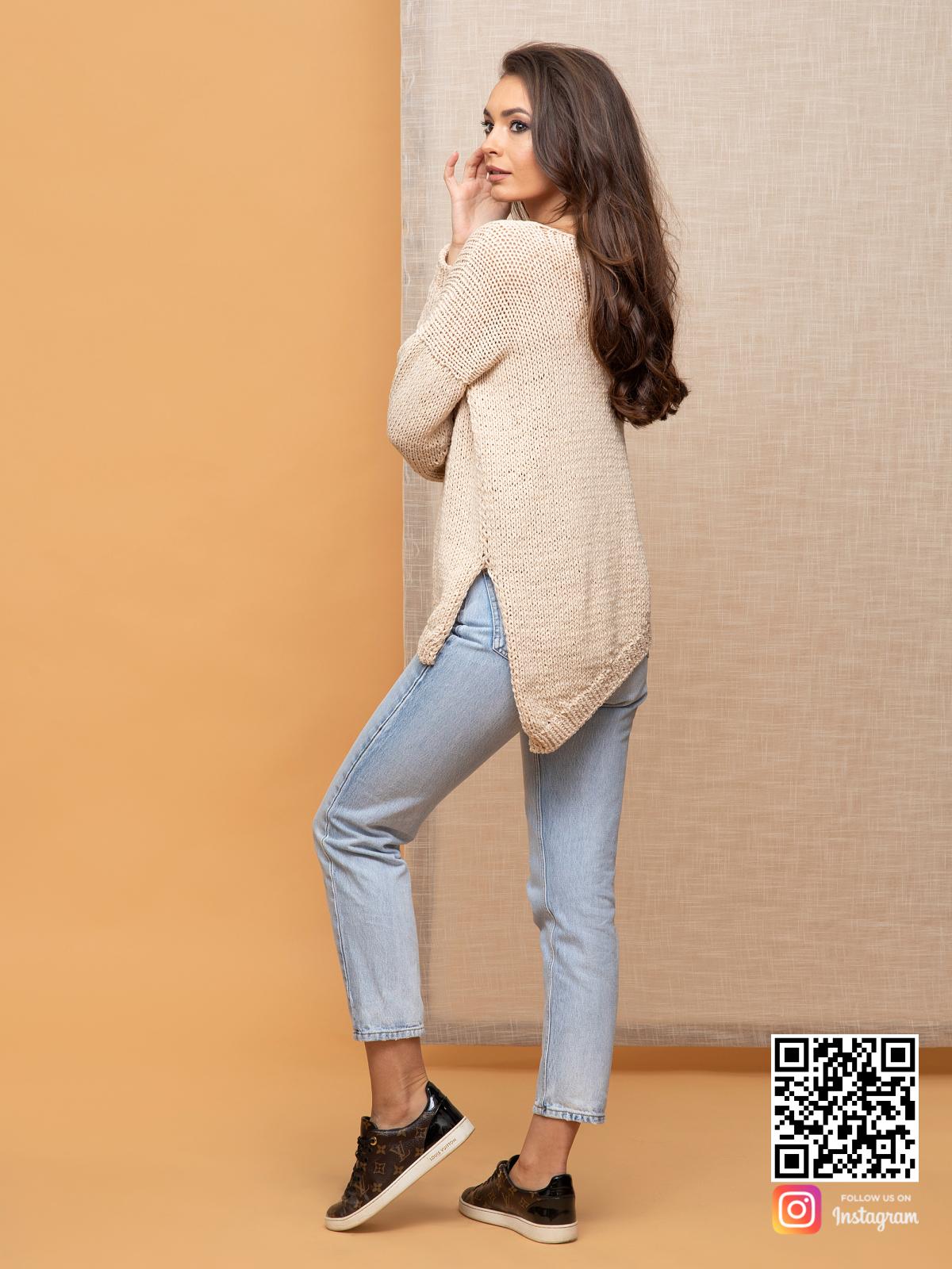 На третьей фотографии пуловер для женщин с асимметричным низом от Shapar, бренда вязаной одежды ручной работы в интернет-магазине связанных спицами вещей.