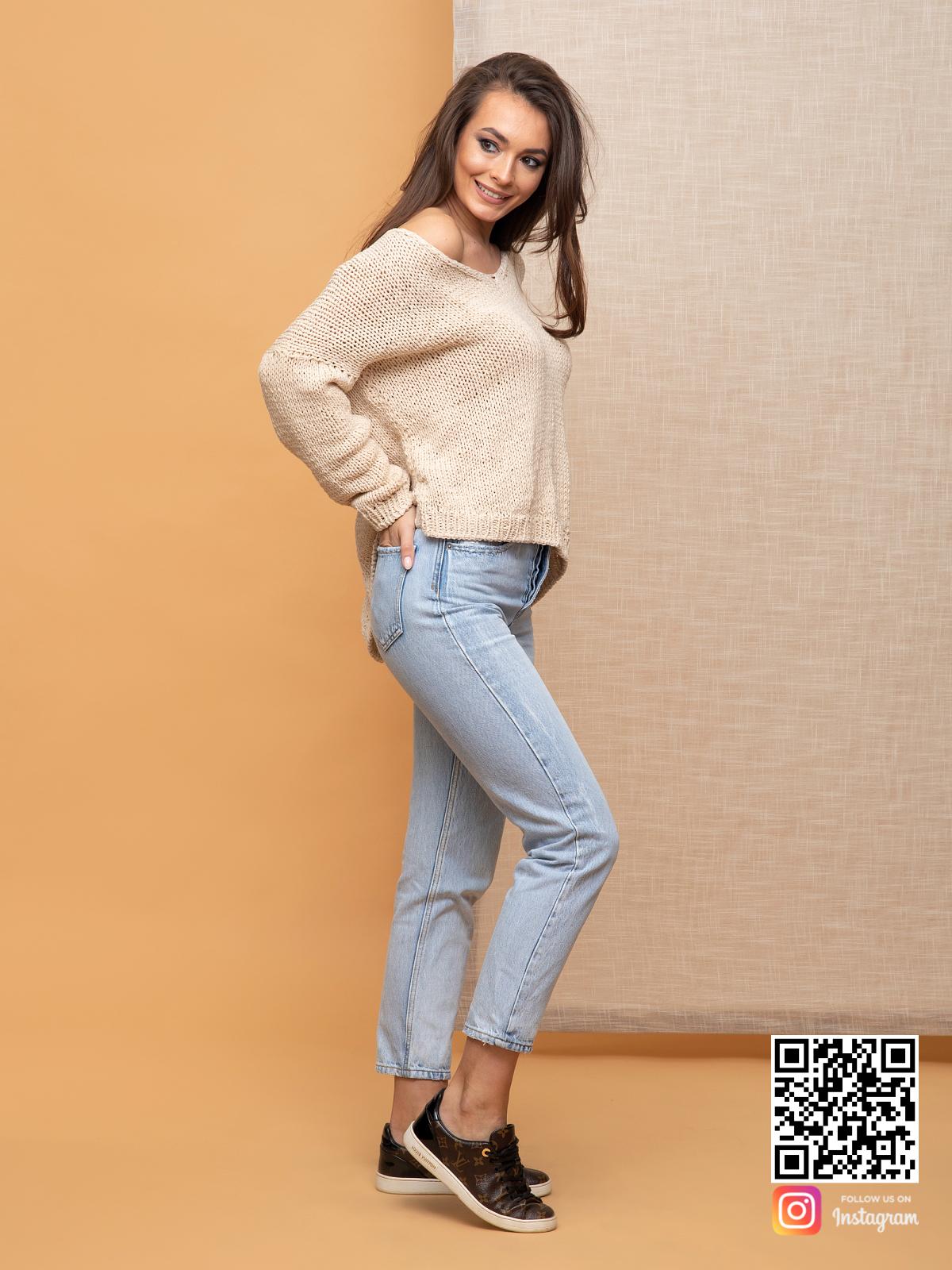 На пятой фотографии бежевый летний пуловер для женщин из хлопка от Shapar, бренда вязаной одежды ручной работы в интернет-магазине связанных спицами вещей.