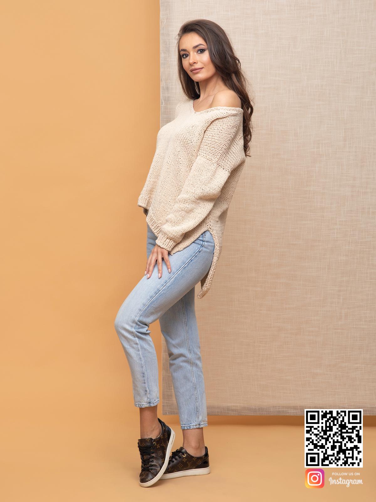 На четвертой фотографии пуловер для женщин бежевого цвета от Shapar, бренда вязаной одежды ручной работы в интернет-магазине связанных спицами вещей.