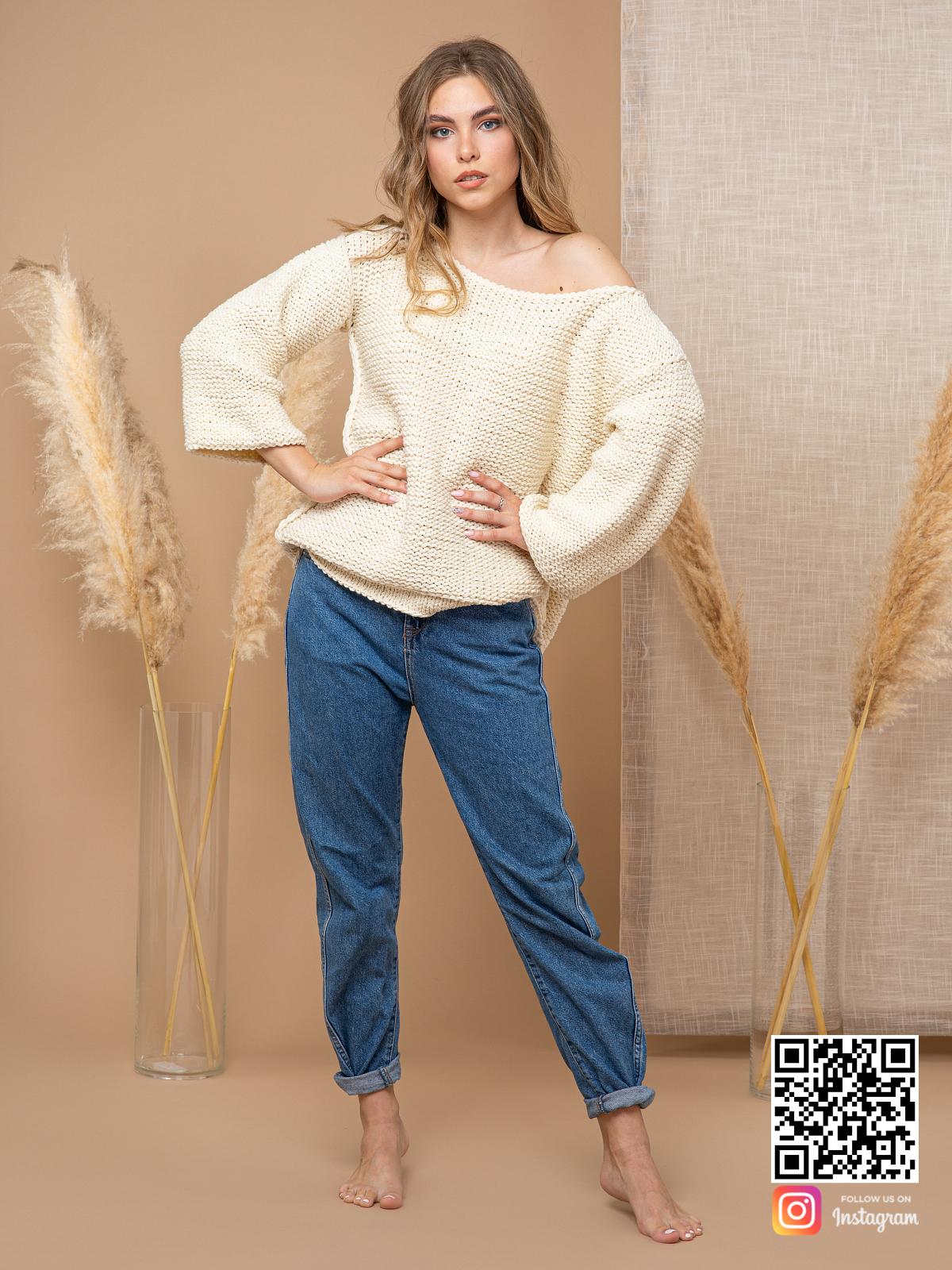 На фотографии женский пуловер с коротким рукавом от Shapar, бренда вязаной одежды ручной работы в интернет-магазине связанных спицами вещей.