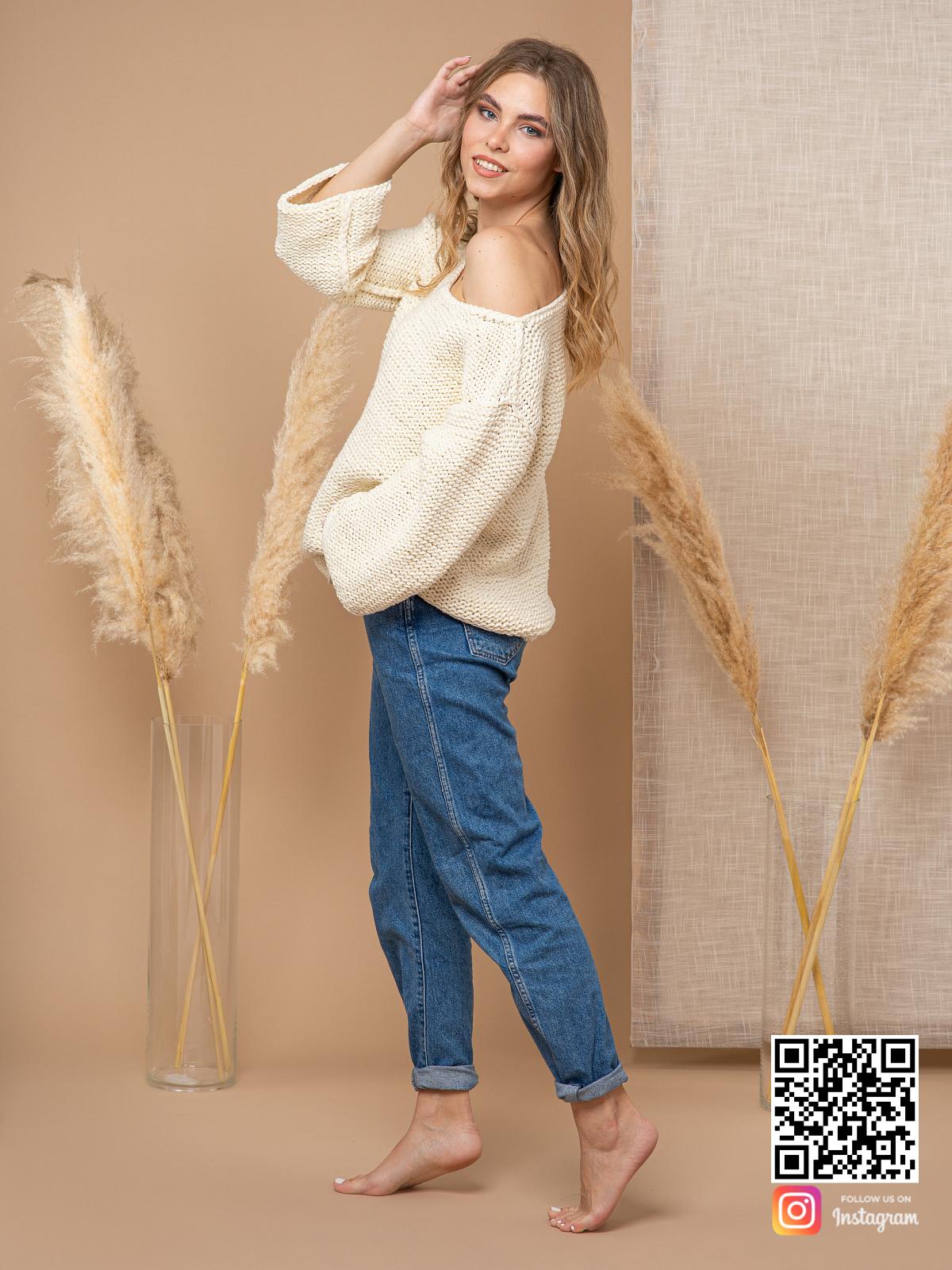 На третьей фотографии женский пуловер с коротким рукавом на одно плечо от Shapar, бренда вязаной одежды ручной работы в интернет-магазине связанных спицами вещей.