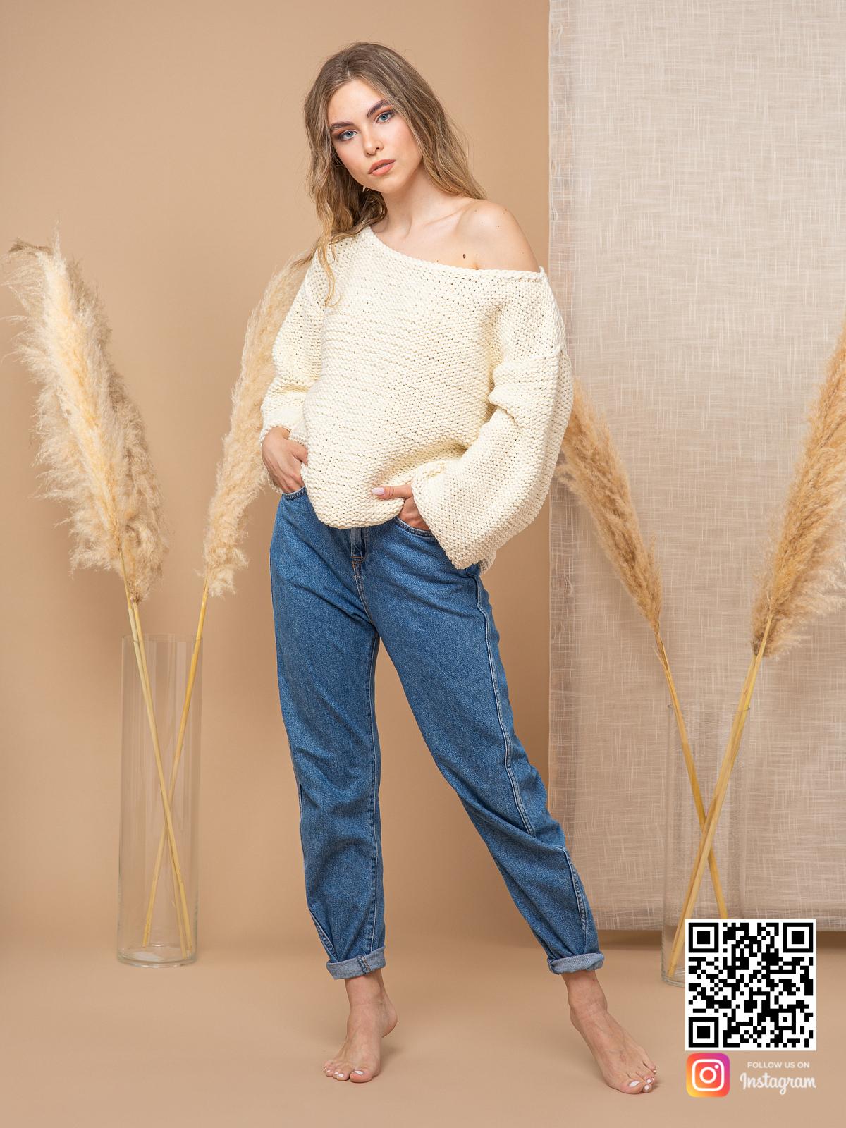 На пятой фотографии женский пуловер молочного цвета с коротким рукавом от Shapar, бренда вязаной одежды ручной работы в интернет-магазине связанных спицами вещей.