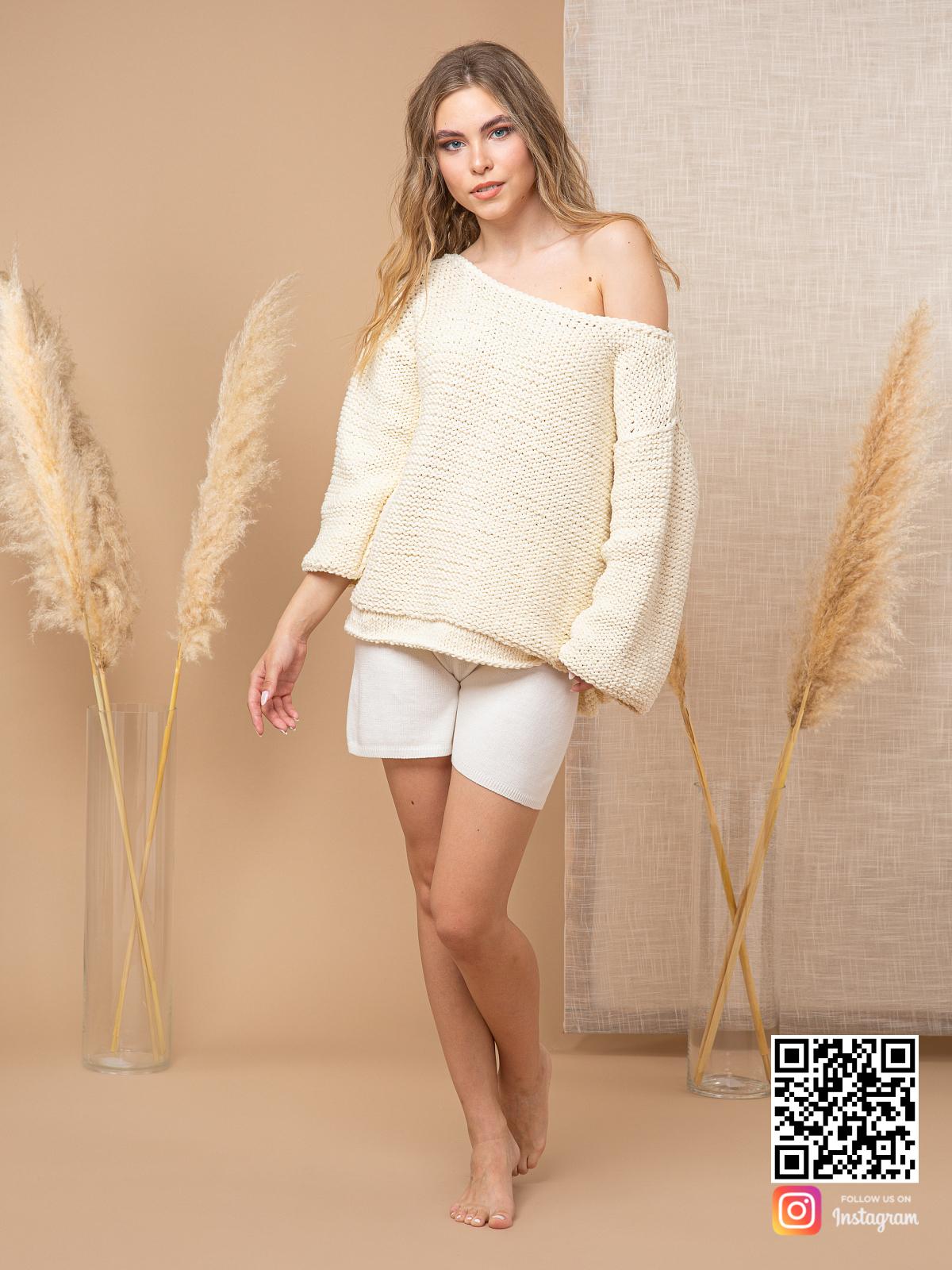 На шестой фотографии молочный пуловер с коротким рукавом от Shapar, бренда вязаной одежды ручной работы в интернет-магазине связанных спицами вещей.