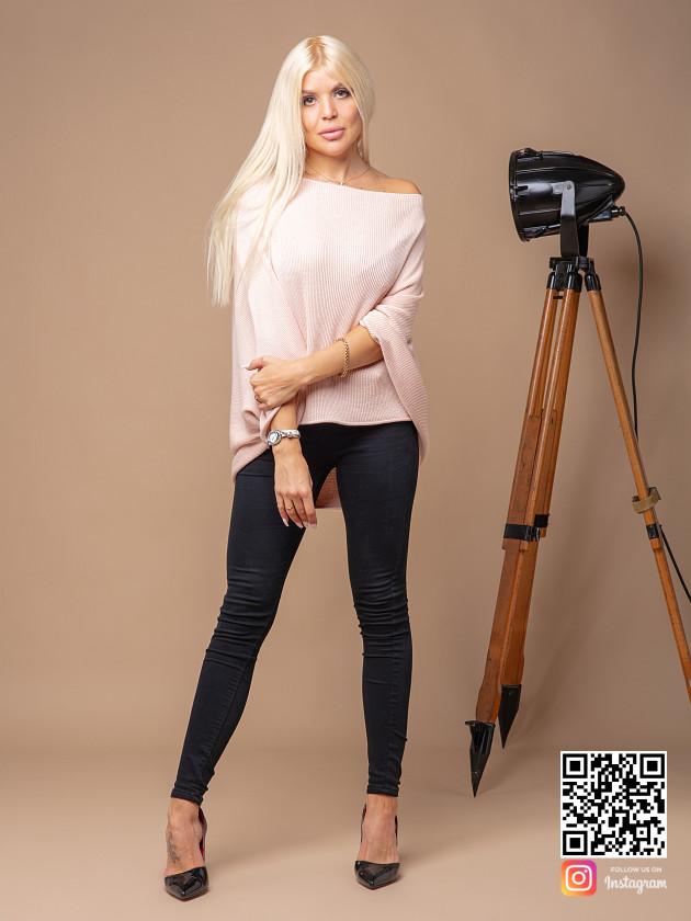 На фотографии розовая кофта женская от Shapar, бренда вязаной одежды ручной работы в интернет-магазине связанных спицами вещей.