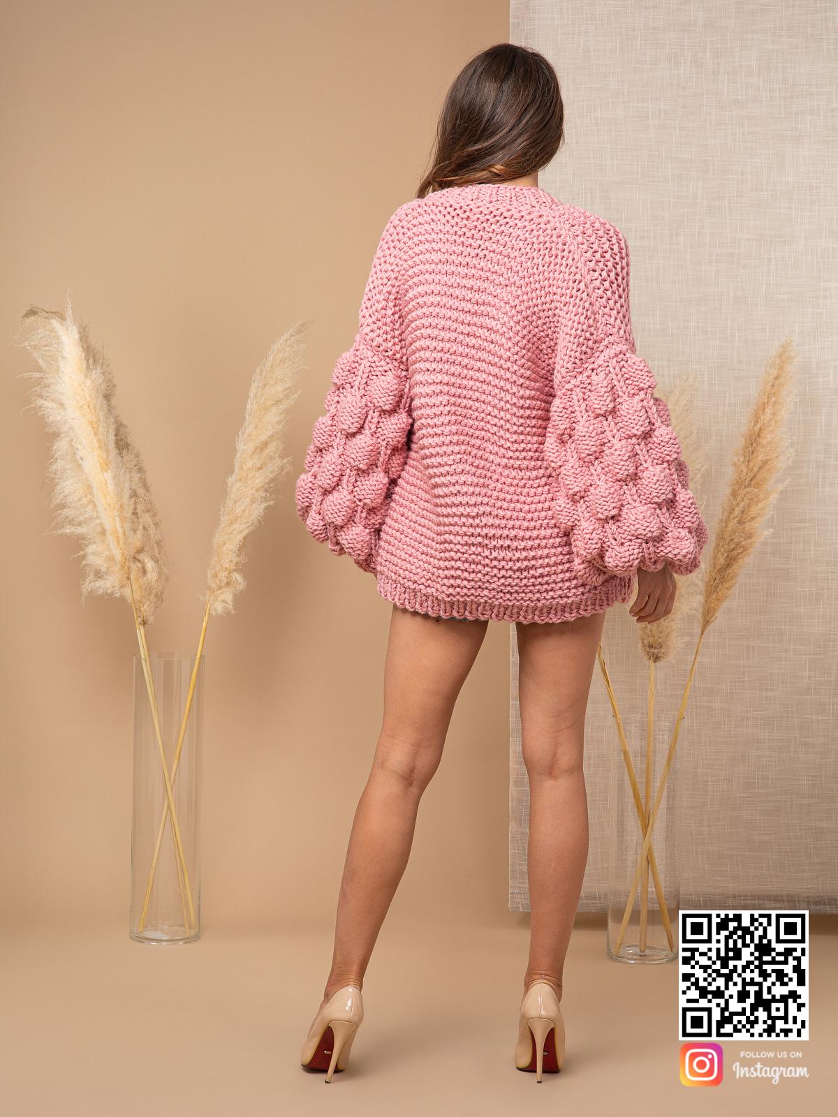 На второй фотографии женский розовый кардиган со спины от Shapar, бренда вязаной одежды ручной работы в интернет-магазине связанных спицами вещей.