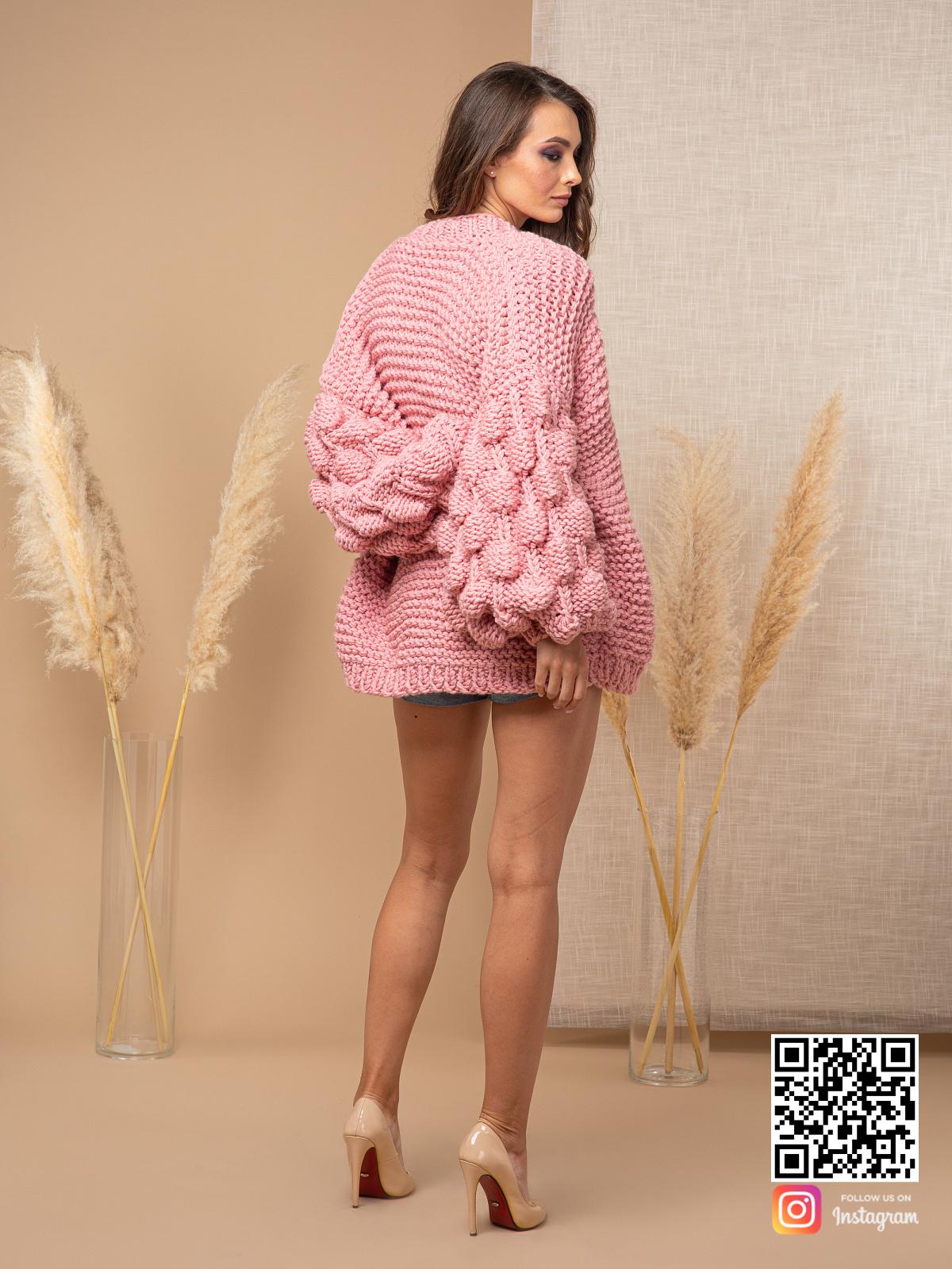 На пятой фотографии женский розовый кардиган крупной вязки от Shapar, бренда вязаной одежды ручной работы в интернет-магазине связанных спицами вещей.