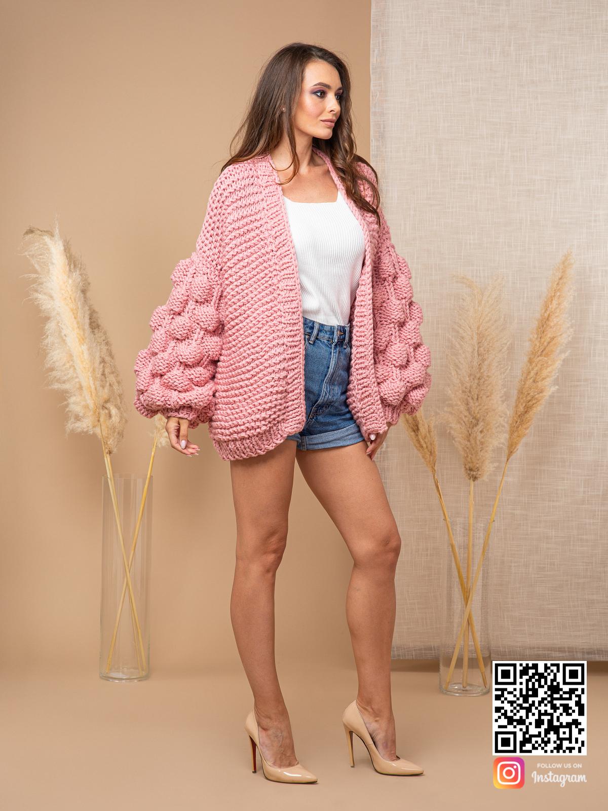 На четвертой фотографии модный женский розовый кардиган от Shapar, бренда вязаной одежды ручной работы в интернет-магазине связанных спицами вещей.