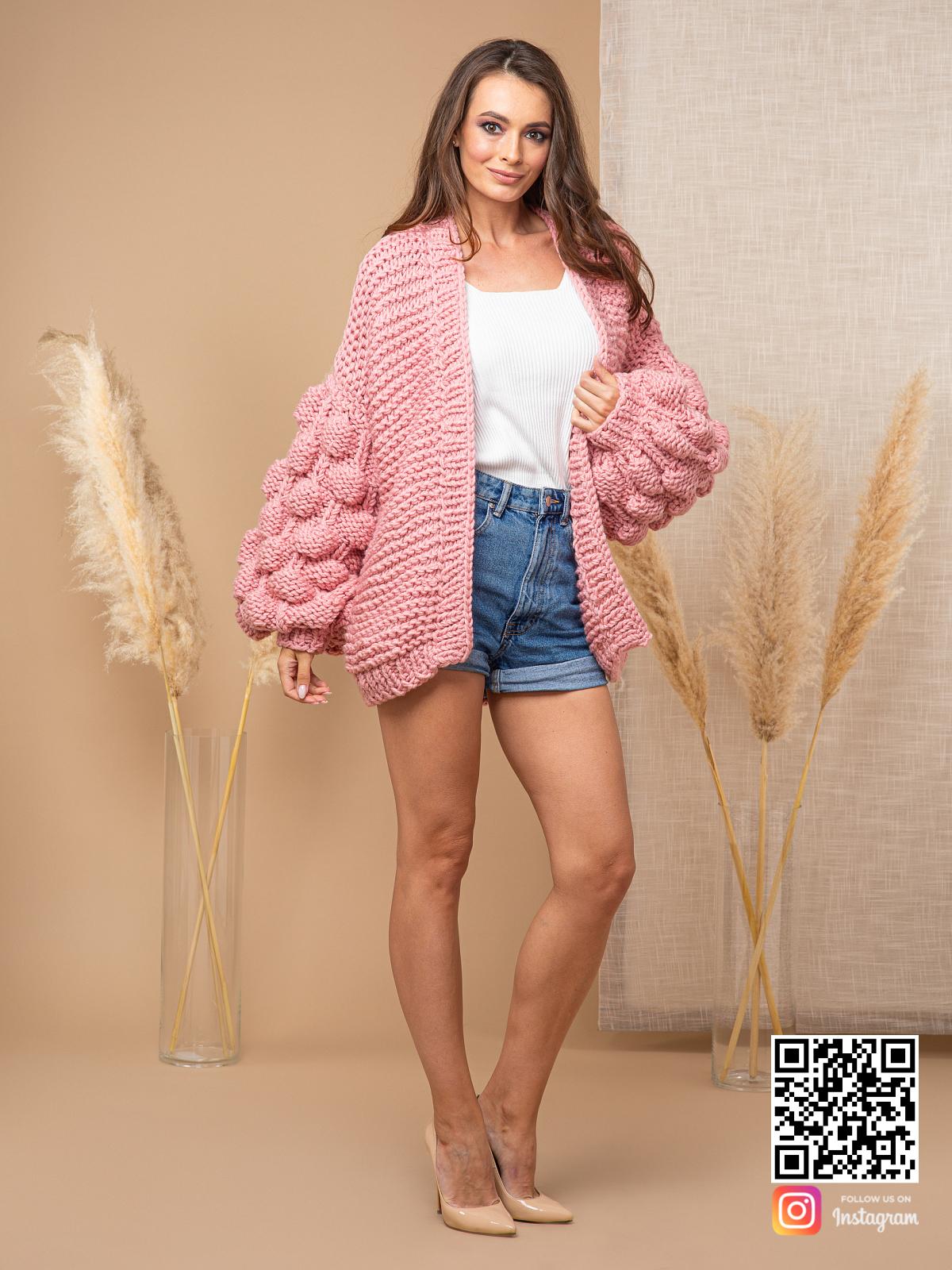 На шестой фотографии объемный женский розовый кардиган оверсайз от Shapar, бренда вязаной одежды ручной работы в интернет-магазине связанных спицами вещей.