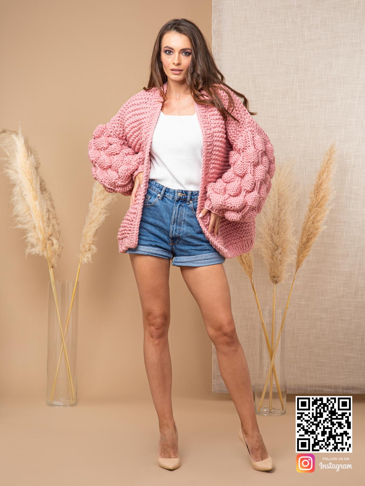 На третьей фотографии женский розовый кардиган с объемными рукавами от Shapar, бренда вязаной одежды ручной работы в интернет-магазине связанных спицами вещей.