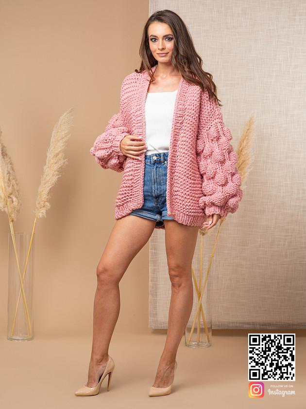 На фотографии женский розовый кардиган от Shapar, бренда вязаной одежды ручной работы в интернет-магазине связанных спицами вещей.