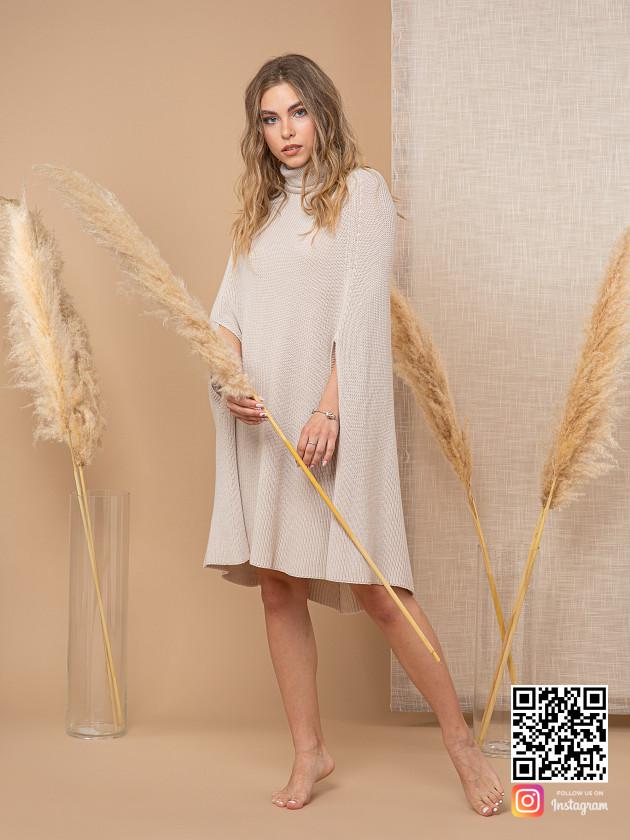 На фотографии серое пончо для женщин от Shapar, бренда вязаной одежды ручной работы в интернет-магазине связанных спицами вещей.