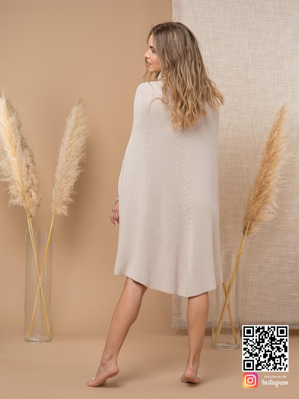 На второй фотографии серое пончо для женщин со спины от Shapar, бренда вязаной одежды ручной работы в интернет-магазине связанных спицами вещей.